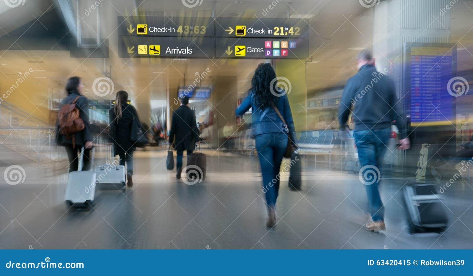 Passeggeri di linea aerea dentro un aeroporto