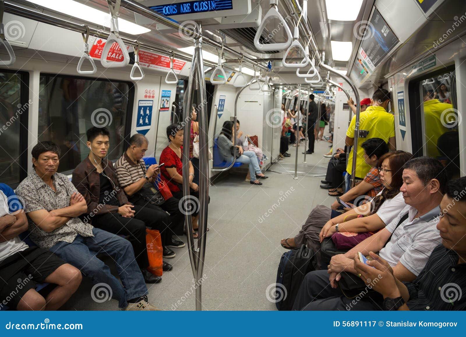 Passeggeri in sottopassaggio Singapore del treno