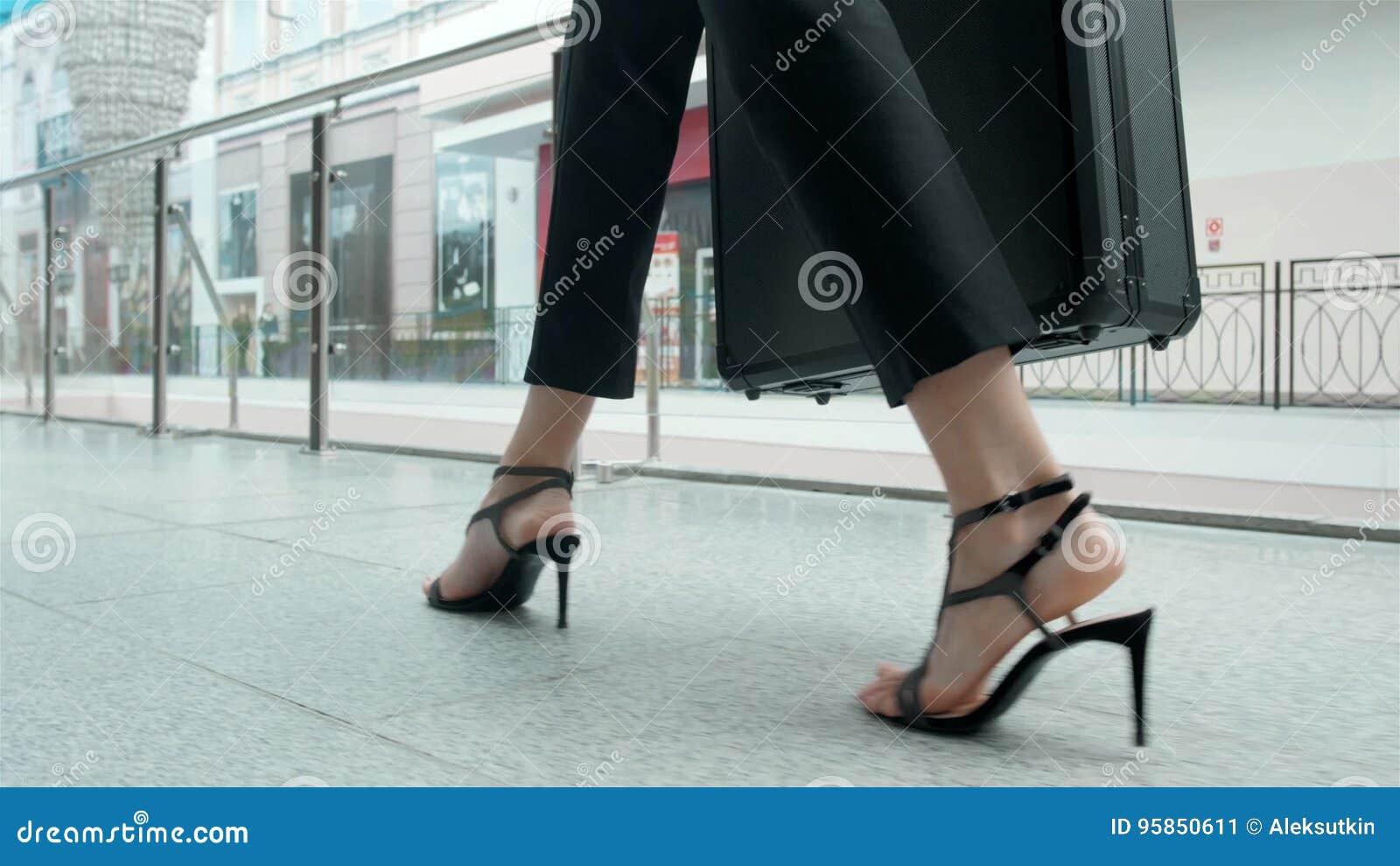 Passeggero Femminile Giovane All'aeroporto, Fine Su Sulle