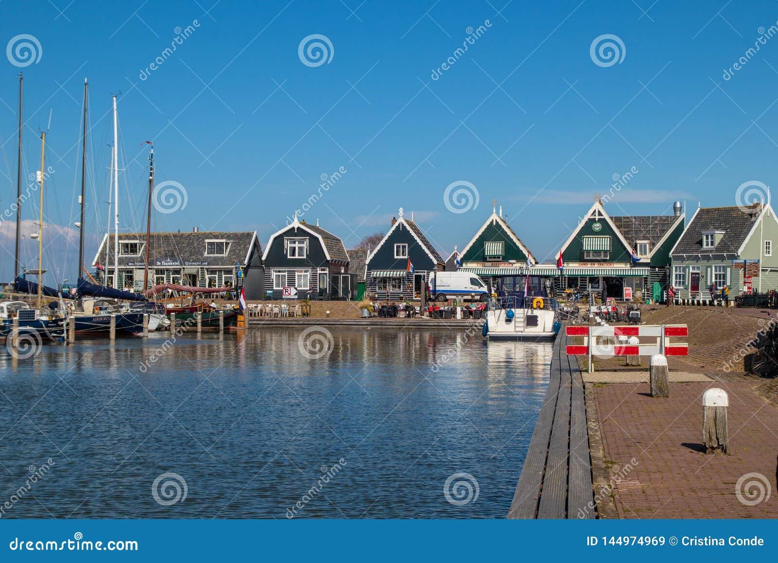 Passeggiata attraverso il porto di Marken