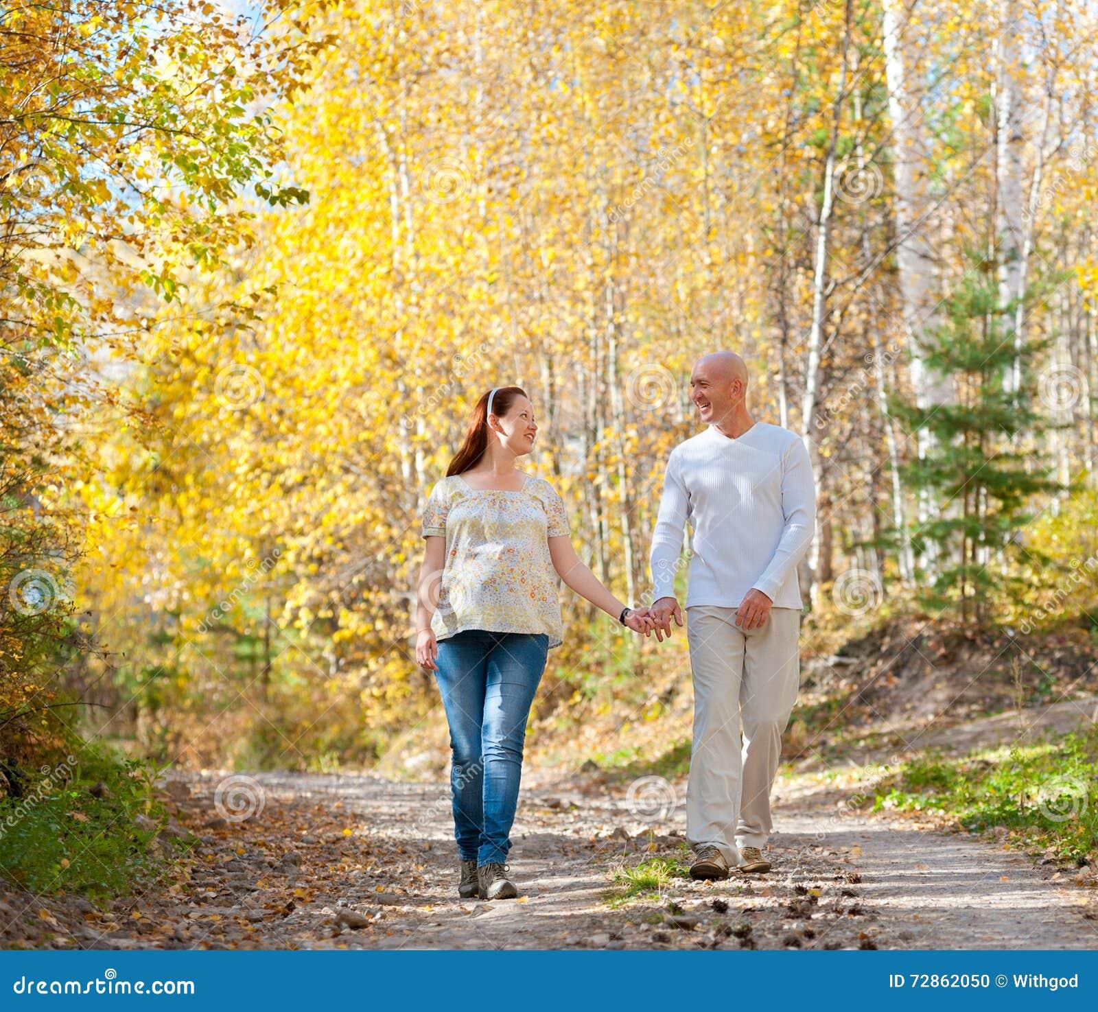 Passeggiata della moglie e del marito nella foresta di autunno
