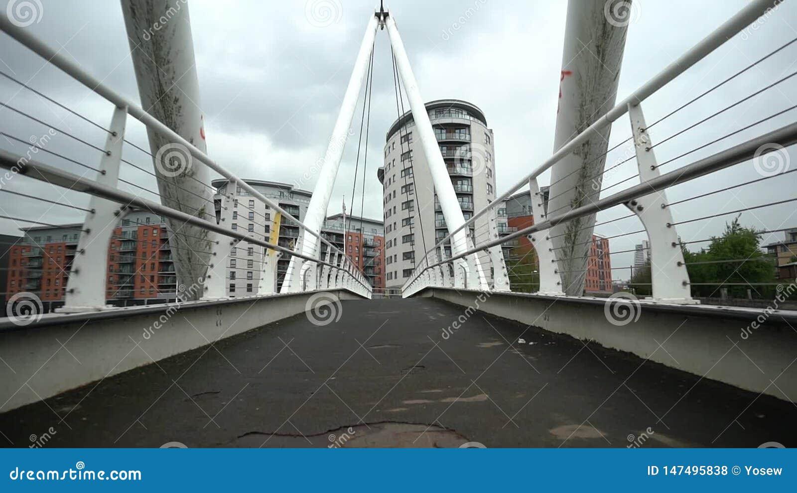 Passeggiata lenta ad un ponte archivi video