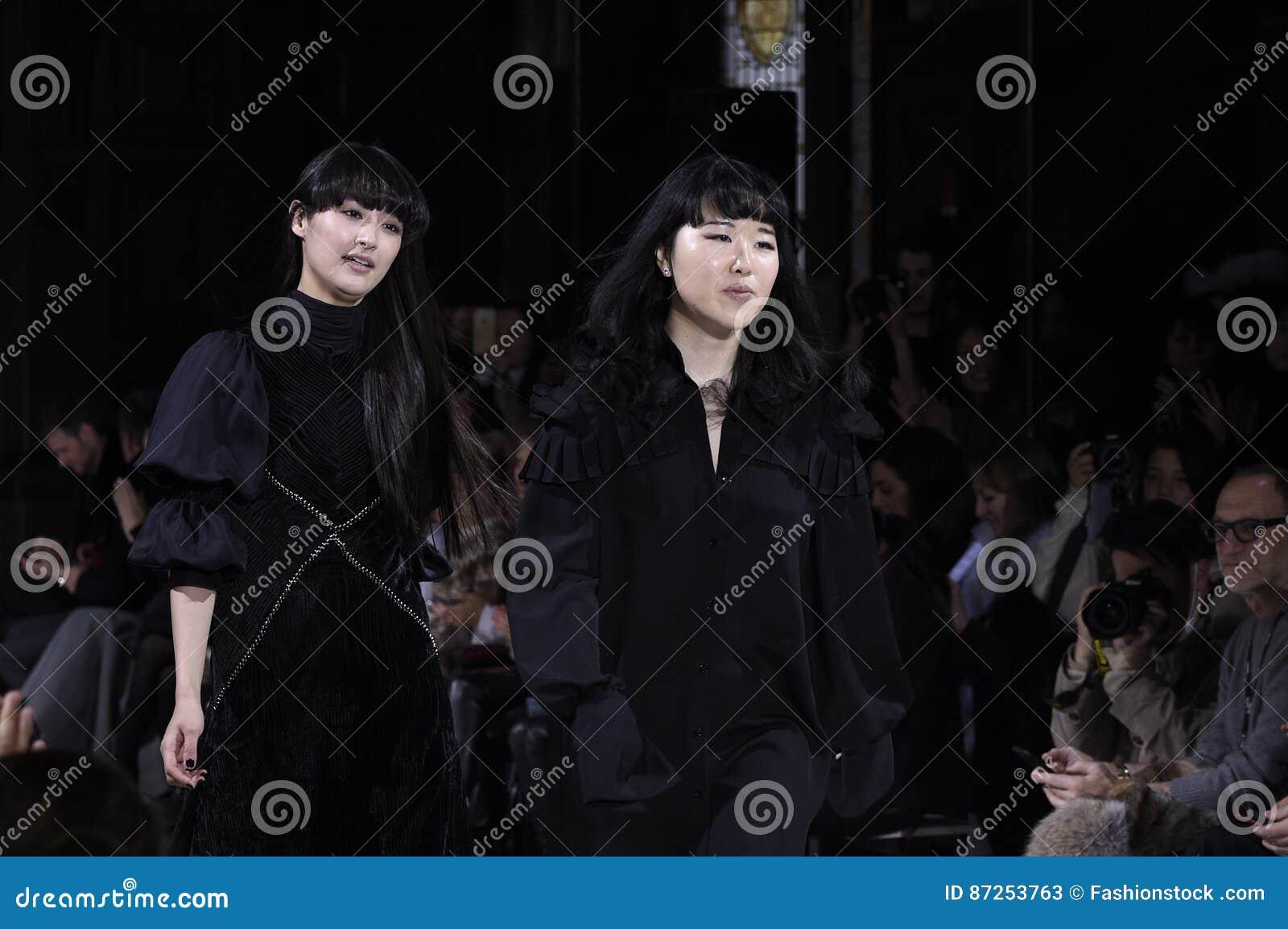 Passeggiate di Hanako Maeda R del progettista la pista alla sfilata di moda di Adeam