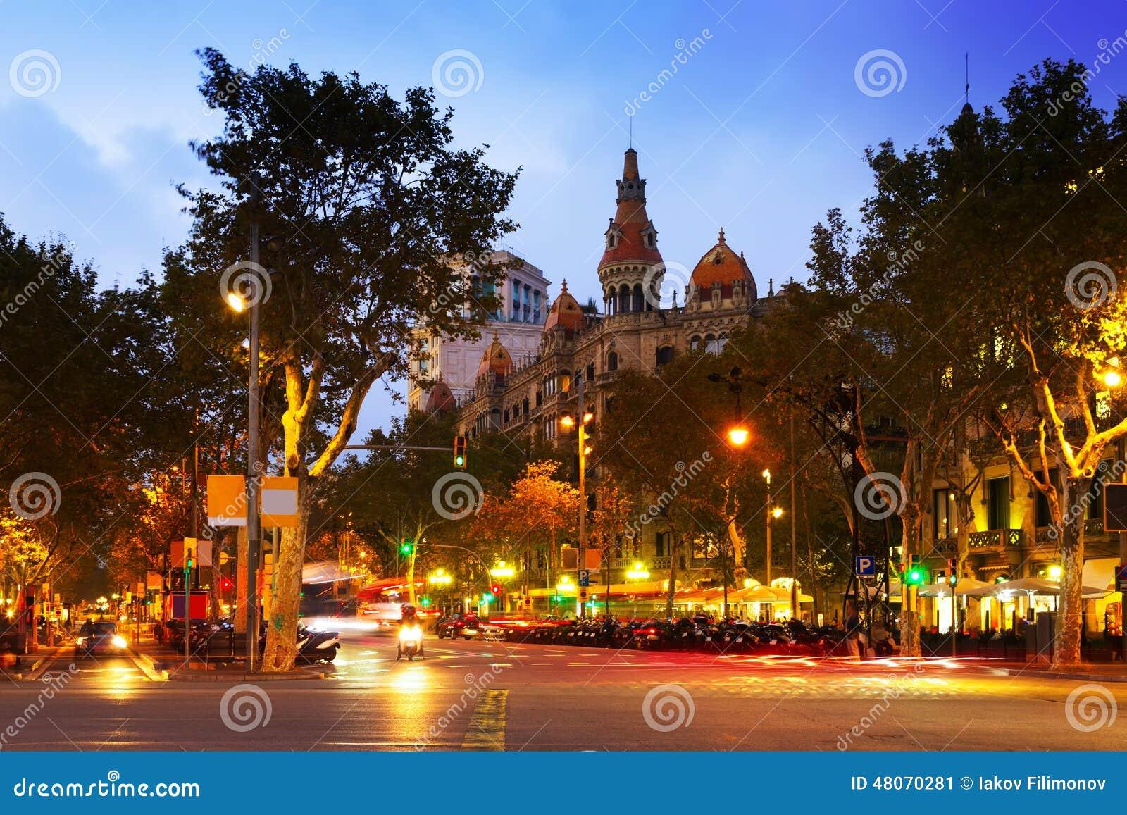 Passeig de Gracia i höstskymning Barcelona