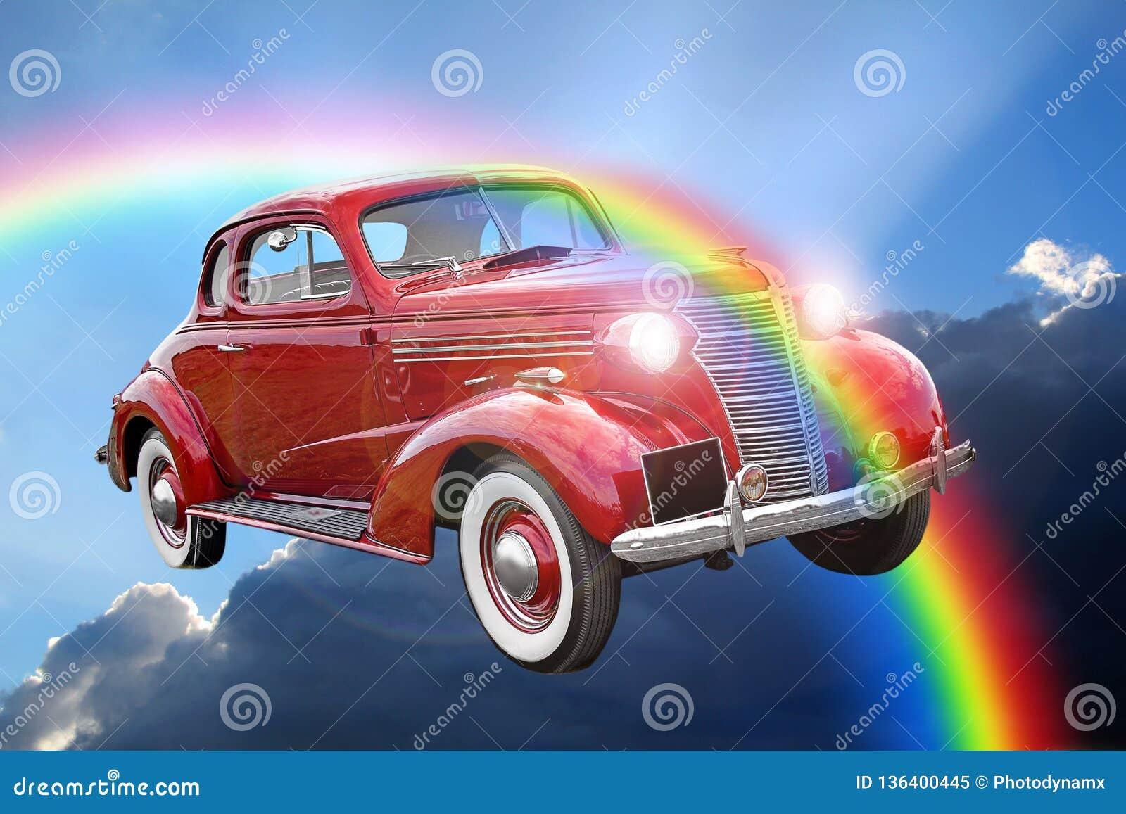 Passeio clássico do carro do vintage da fantasia através das nuvens do arco-íris