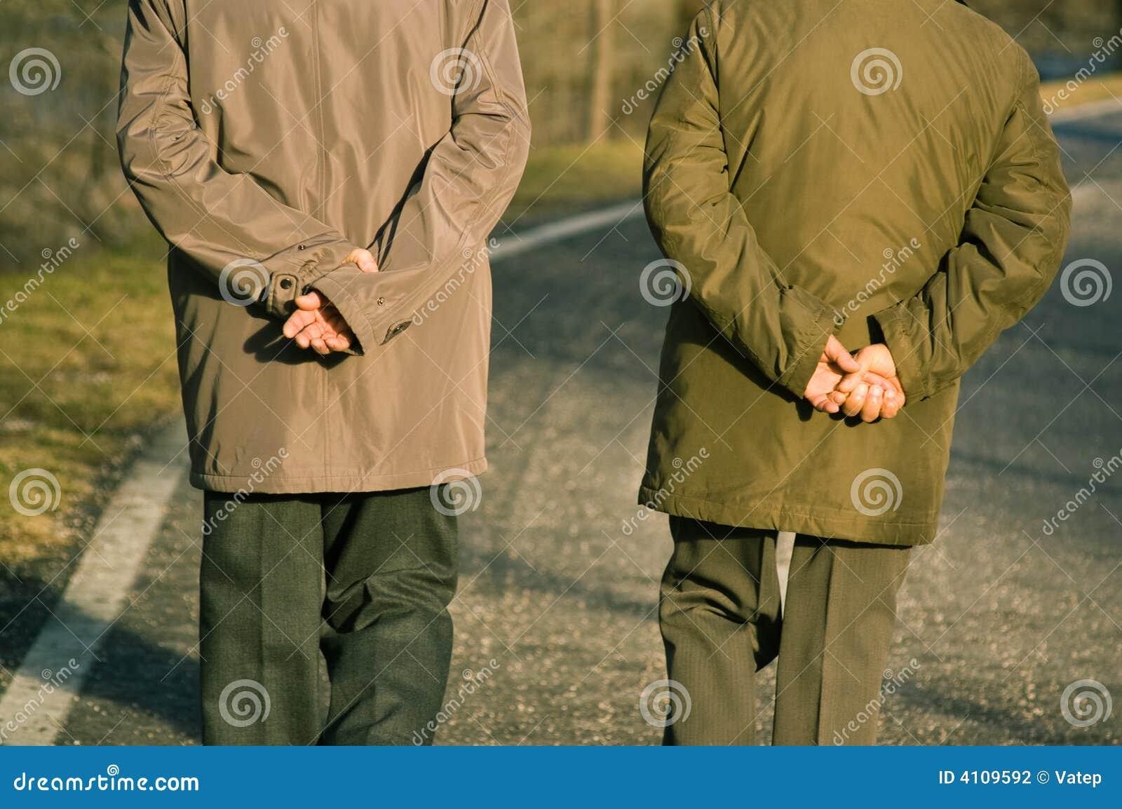Passeio confiável velho de dois homens