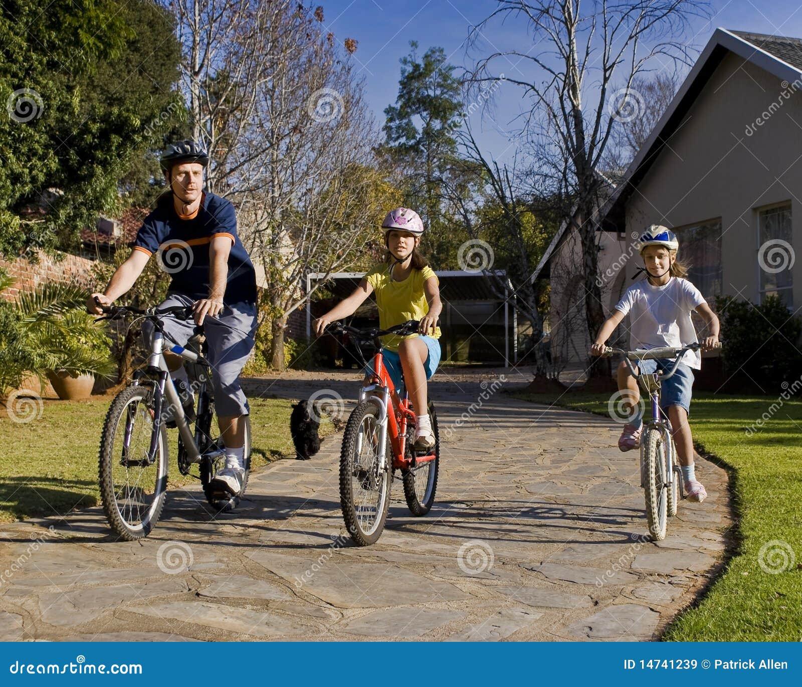Passeio da bicicleta da família