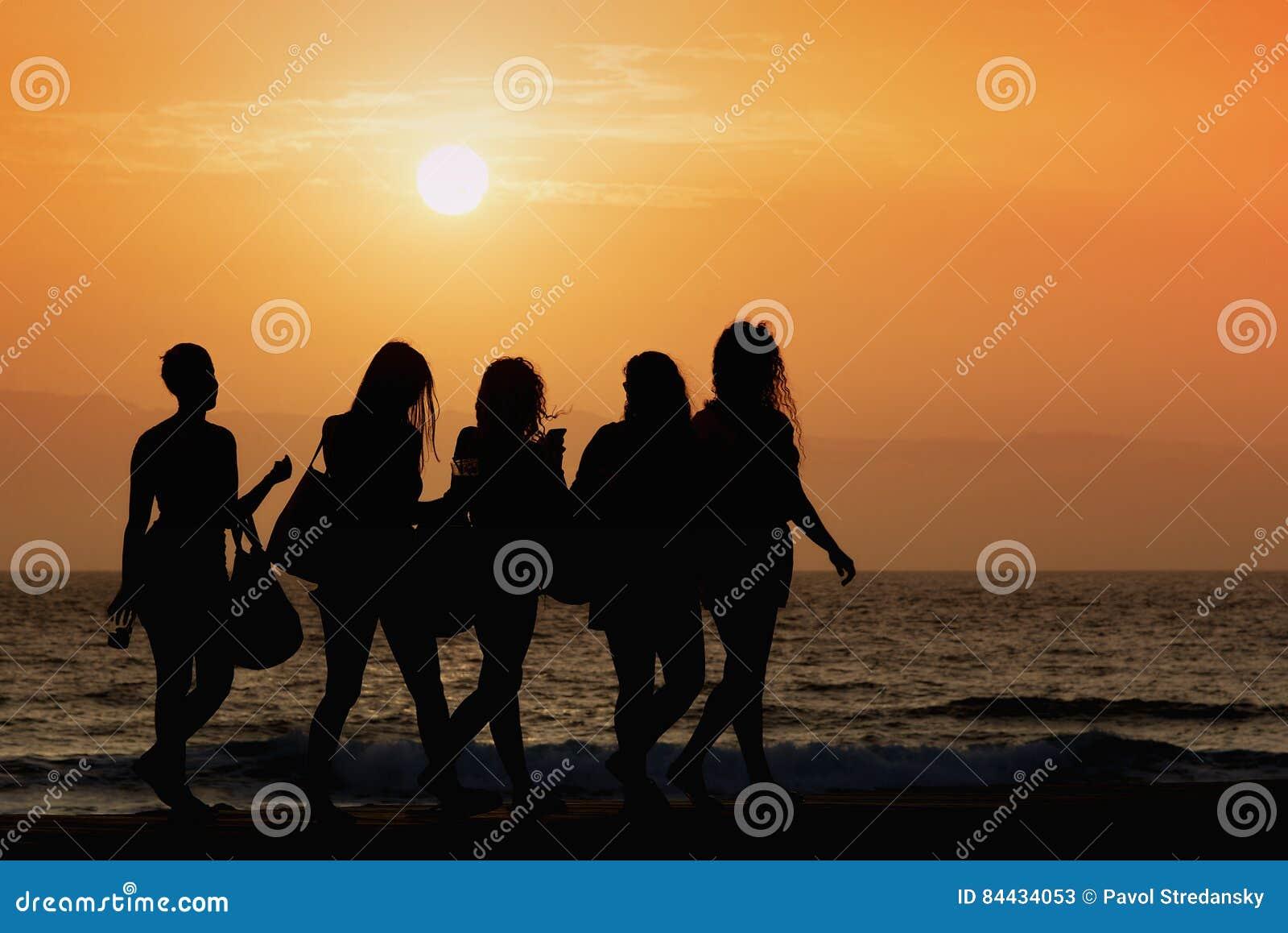 Passeio das mulheres da silhueta cinco