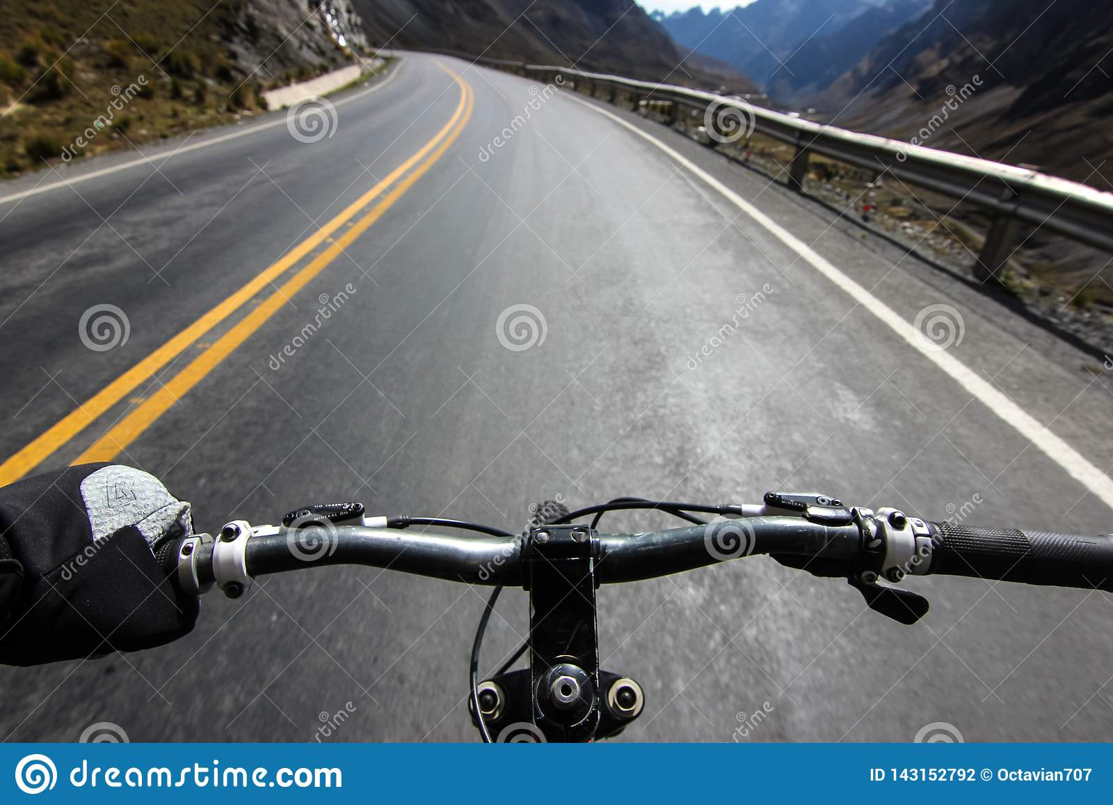Passeio do Mountain bike em Camino de la Muerte/perspectiva do guiador
