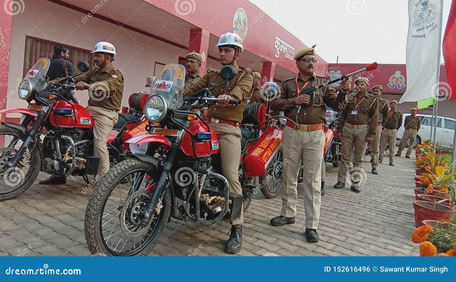 Passeio indiano do serviço do bombeiro na bicicleta
