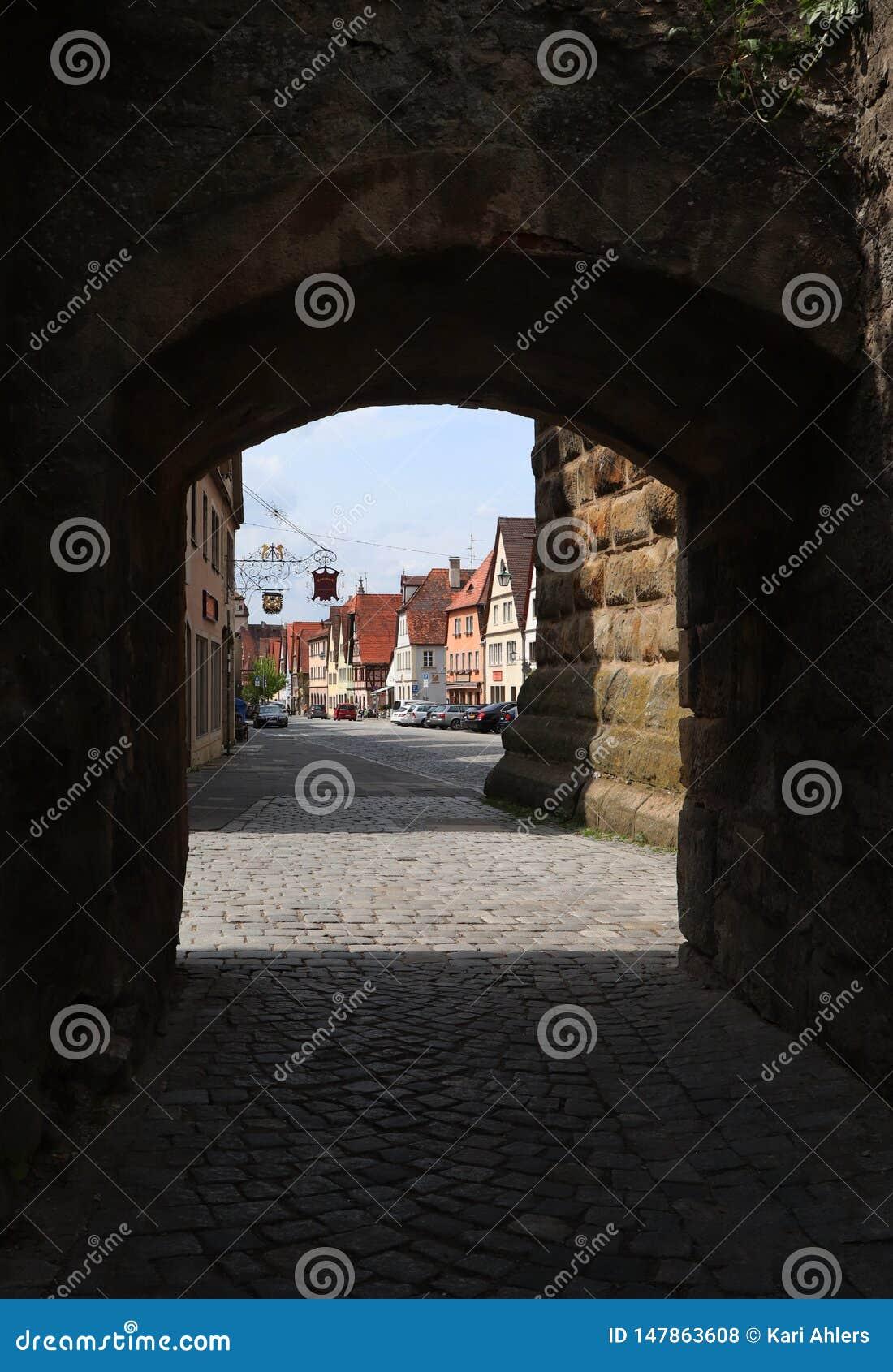 Passeio no der Tauber do ob de Rothenburg através da parede histórica