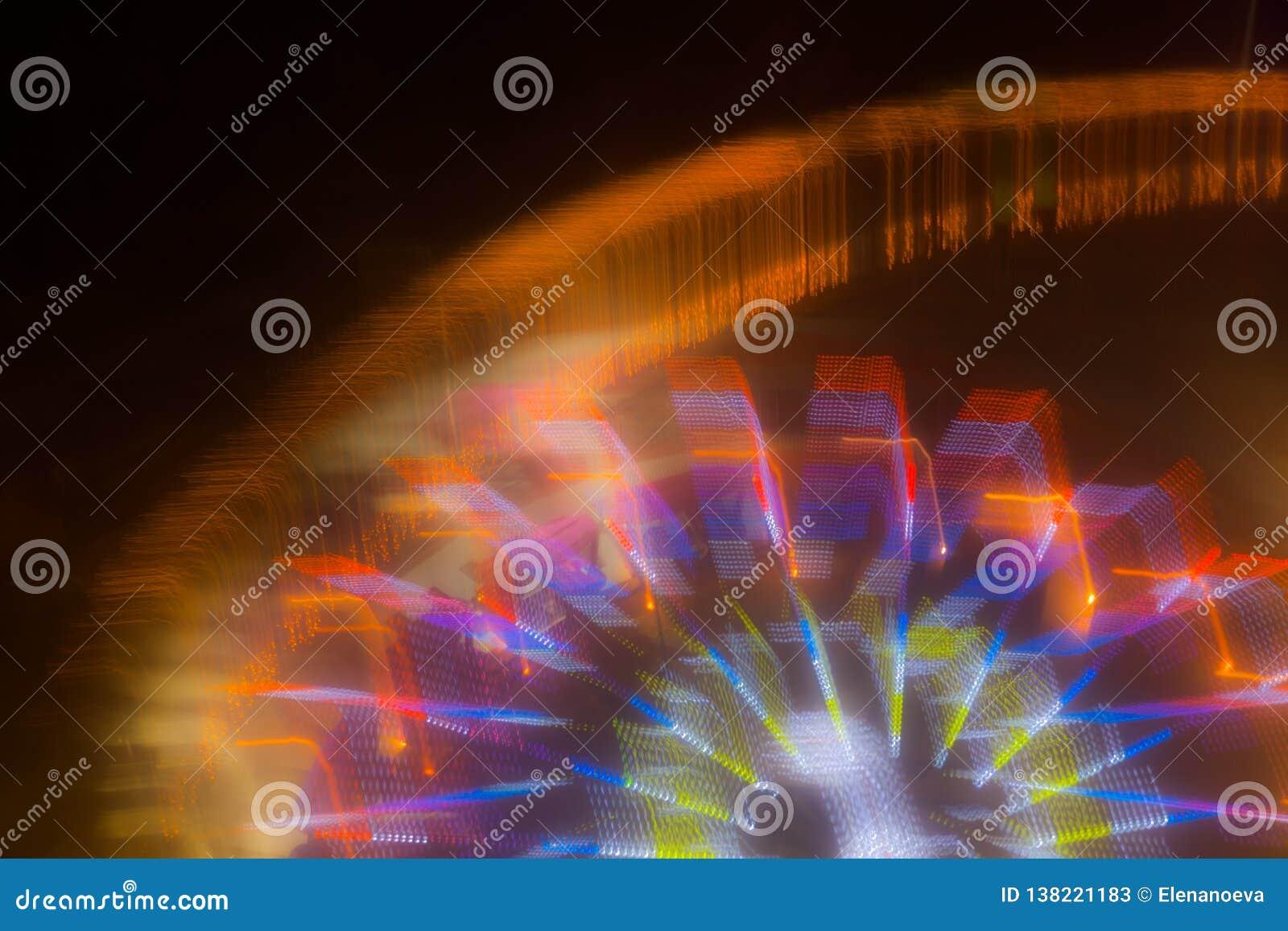 Passeio no movimento no parque de diversões, iluminação da noite Exposição longa