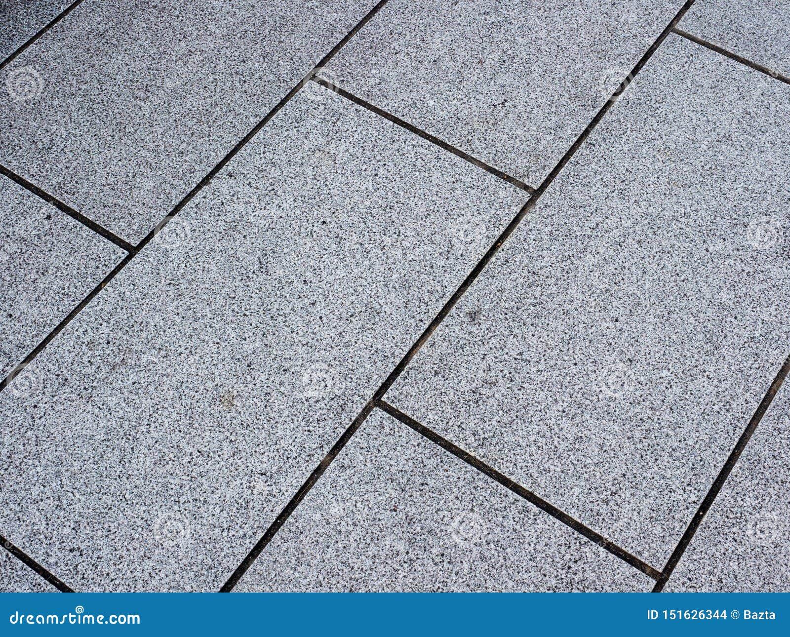 Passeio pavent da telha concreta do retângulo em ruas da cidade em Japão
