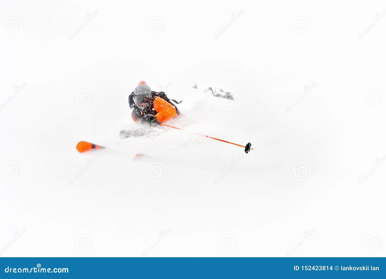 Passeios profissionais do atleta do esquiador fora da neve profunda ao executar um truque de esqui em uma tempestade de neve A es