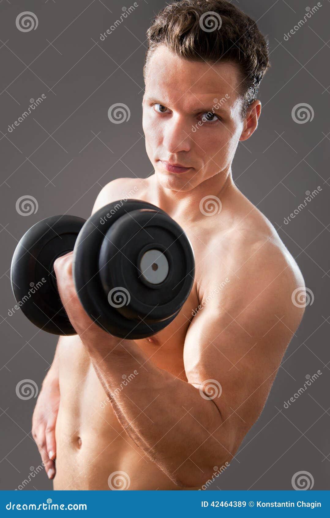 Passender muskulöser Mann