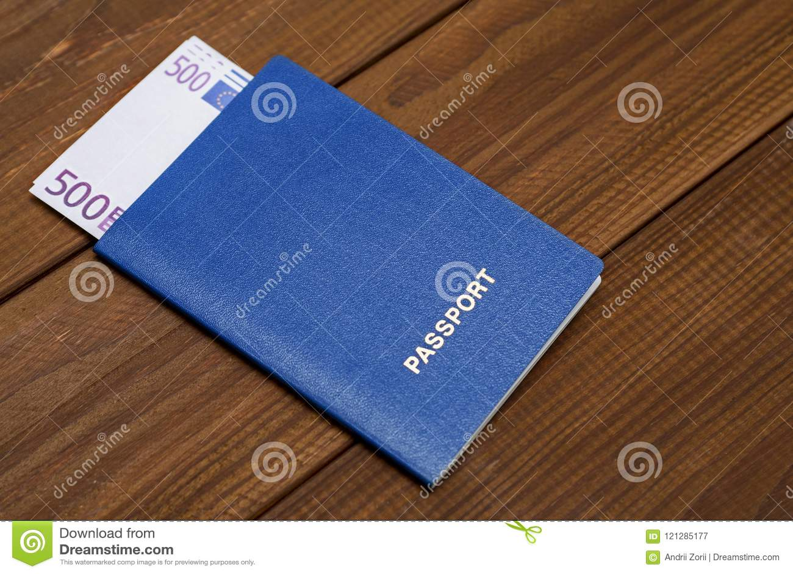 Passeport avec des euros sur la table en bois