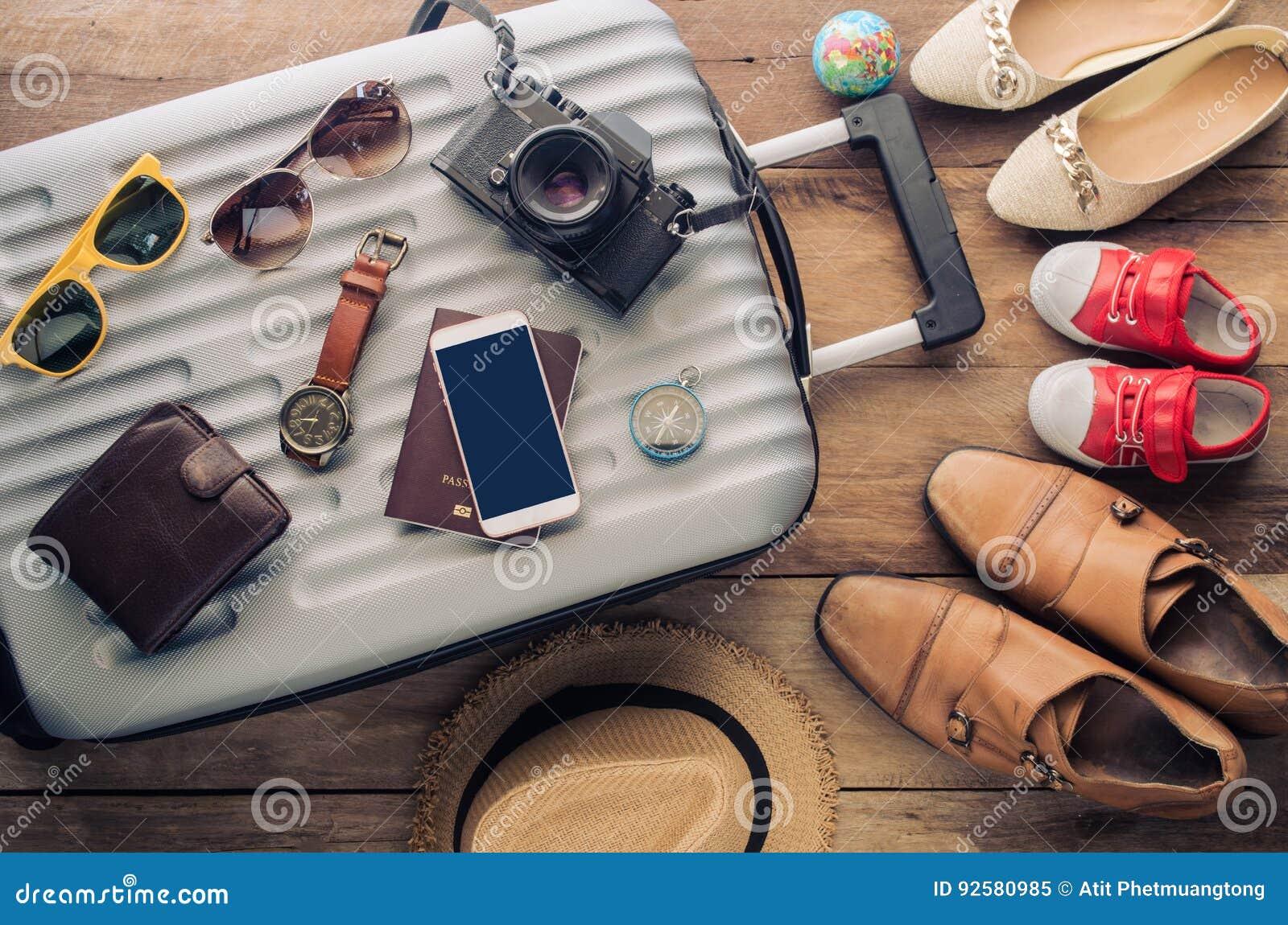 Passeport du ` s de voyageur d habillement, portefeuille, verres,