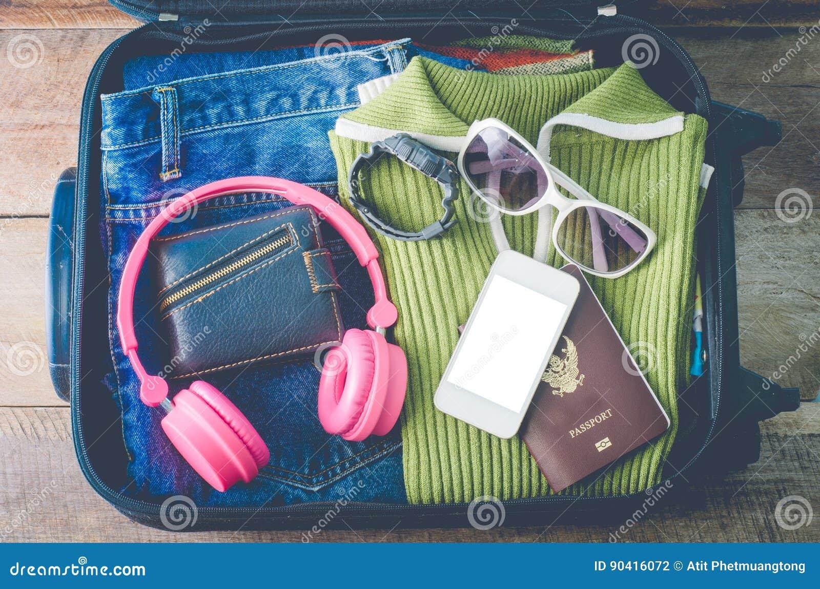 Passeport du ` s de voyageur d habillement, portefeuille, verres, montres, dispositifs intelligents de téléphone, sur un plancher