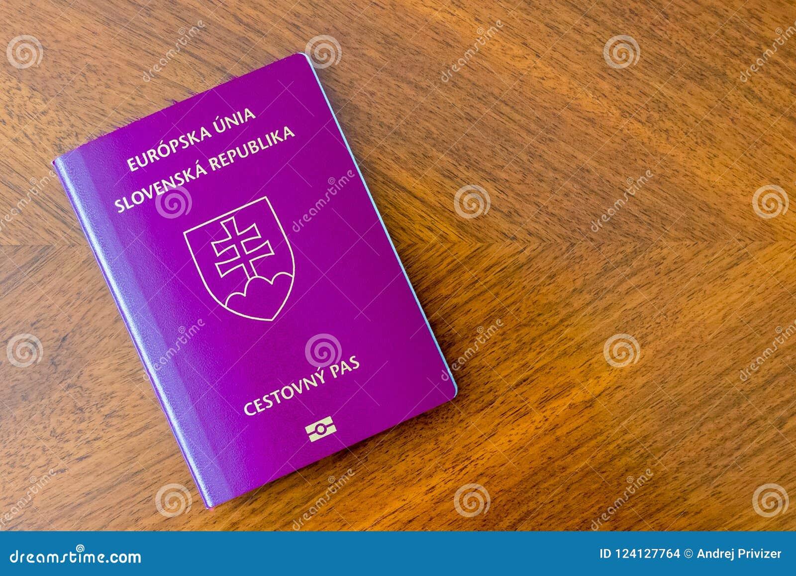 Passeport pourpre slovaque sur une table en bois