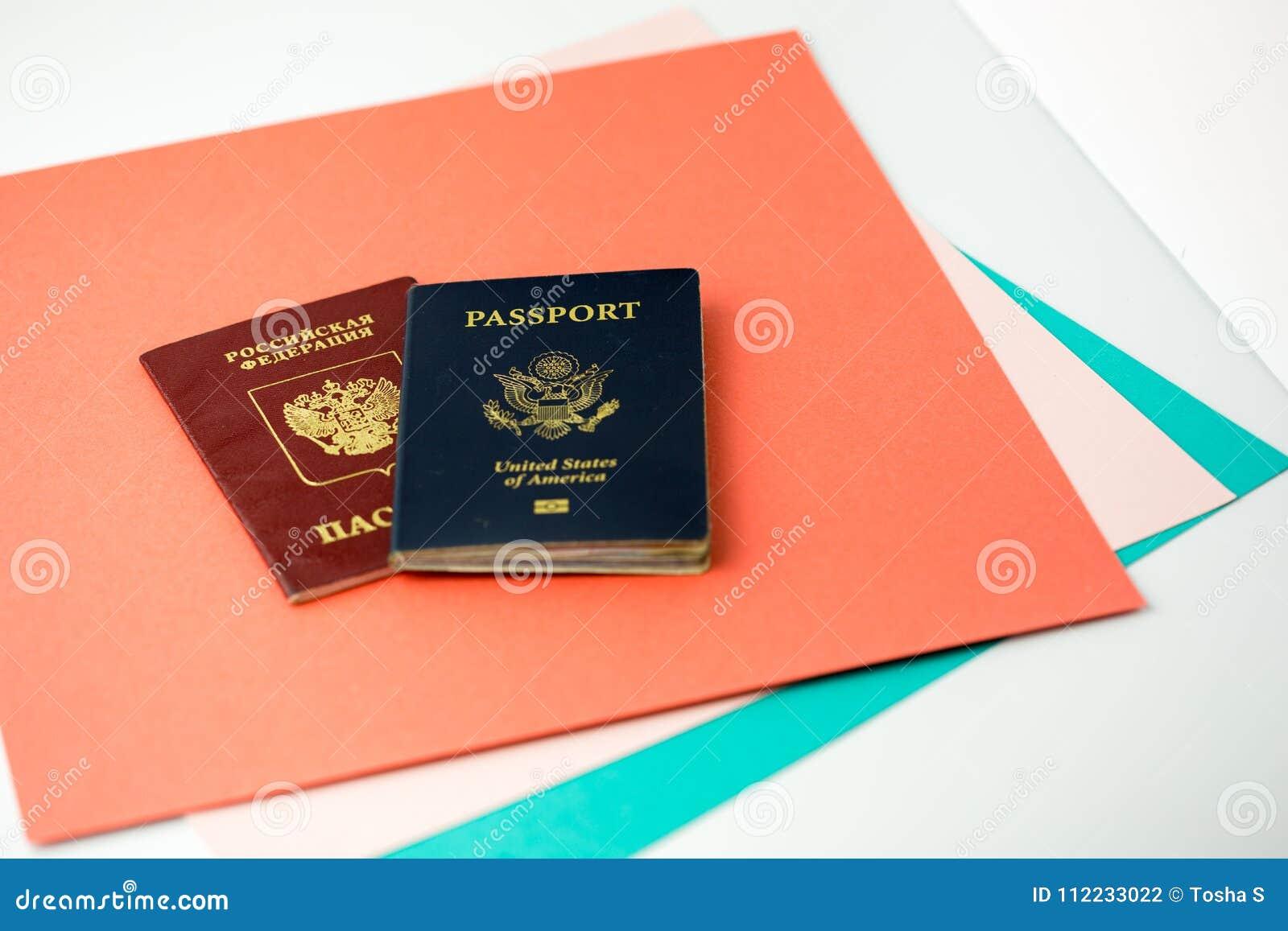 Passeports américains et russes sur le papier coloré