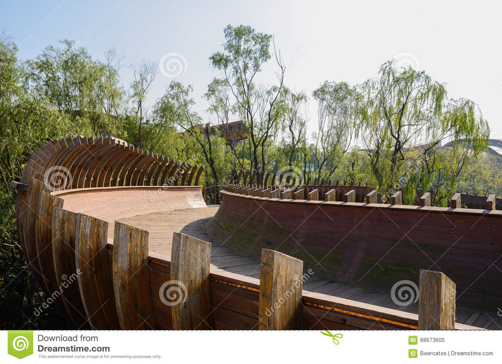 Passerella di legno Semitubular in aria a mezzogiorno soleggiato