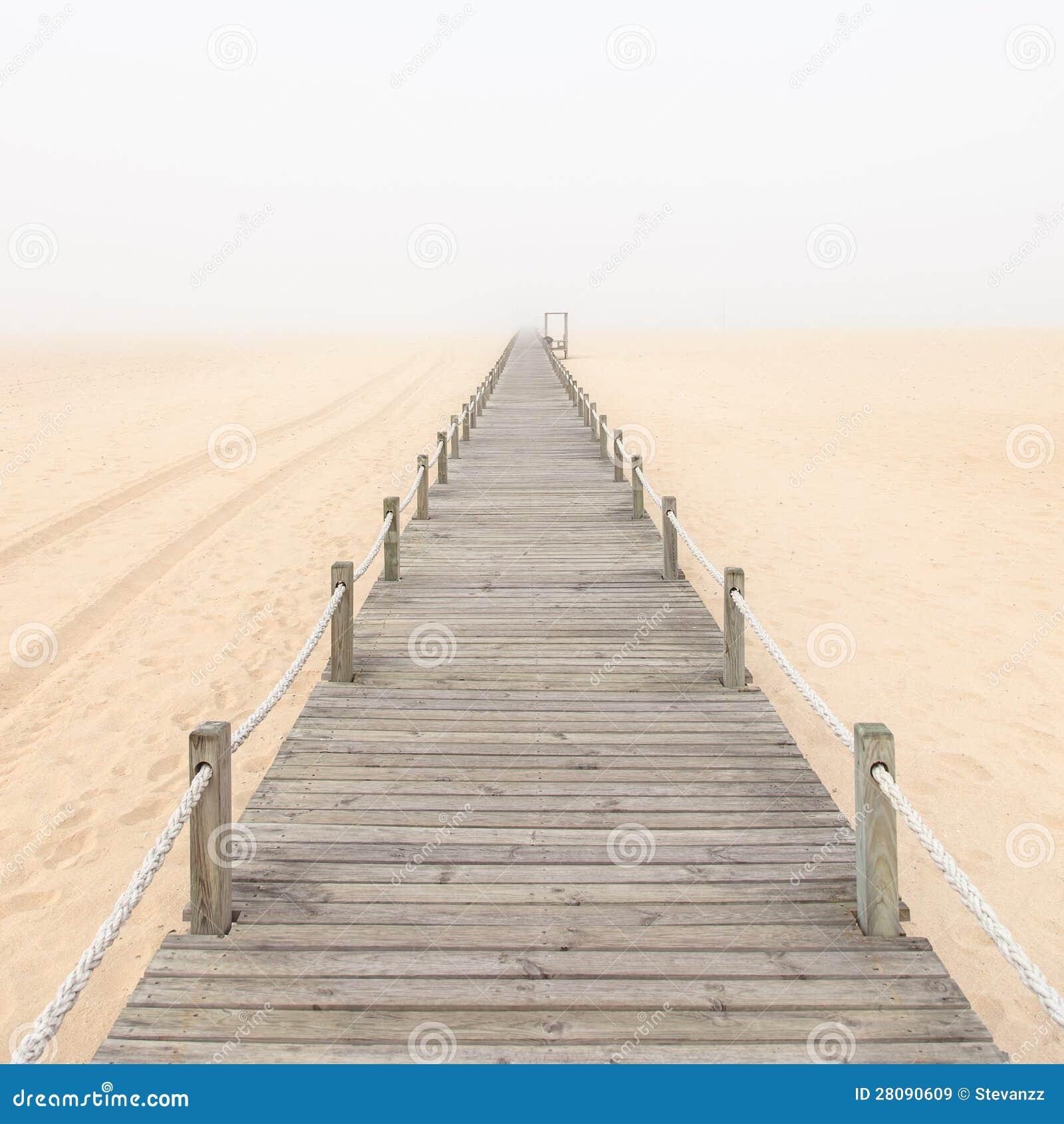 Passerella di legno su un fondo nebbioso della spiaggia for Planimetrie della casetta di legno