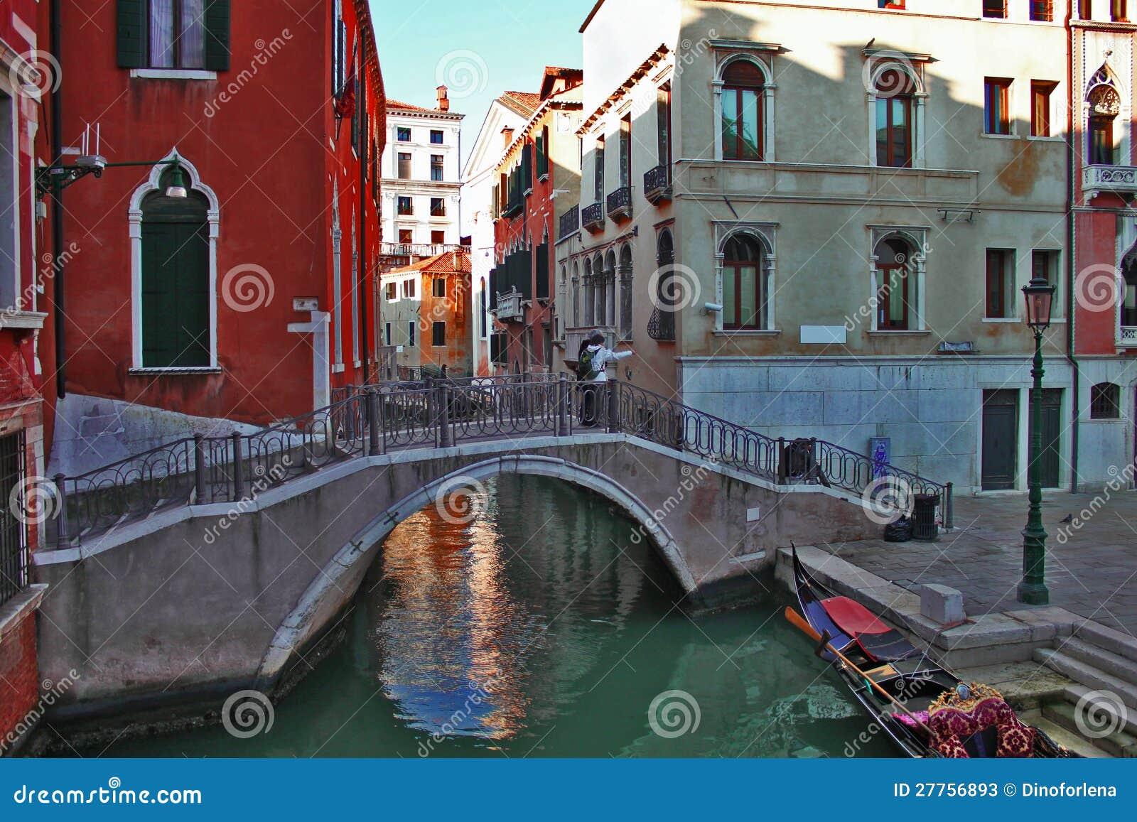 Passerelle à travers le canal