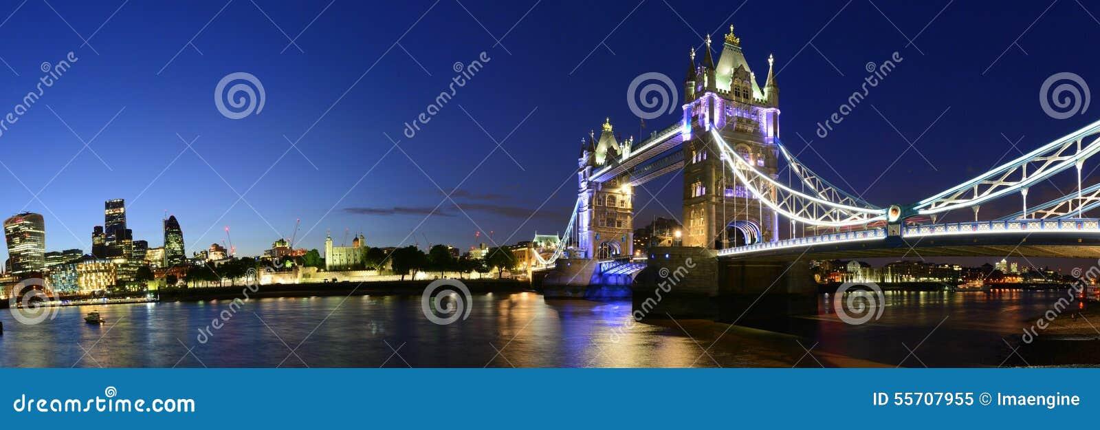 Passerelle de Londres au-dessus de panorama de nuit de fleuve de Tamise, R-U