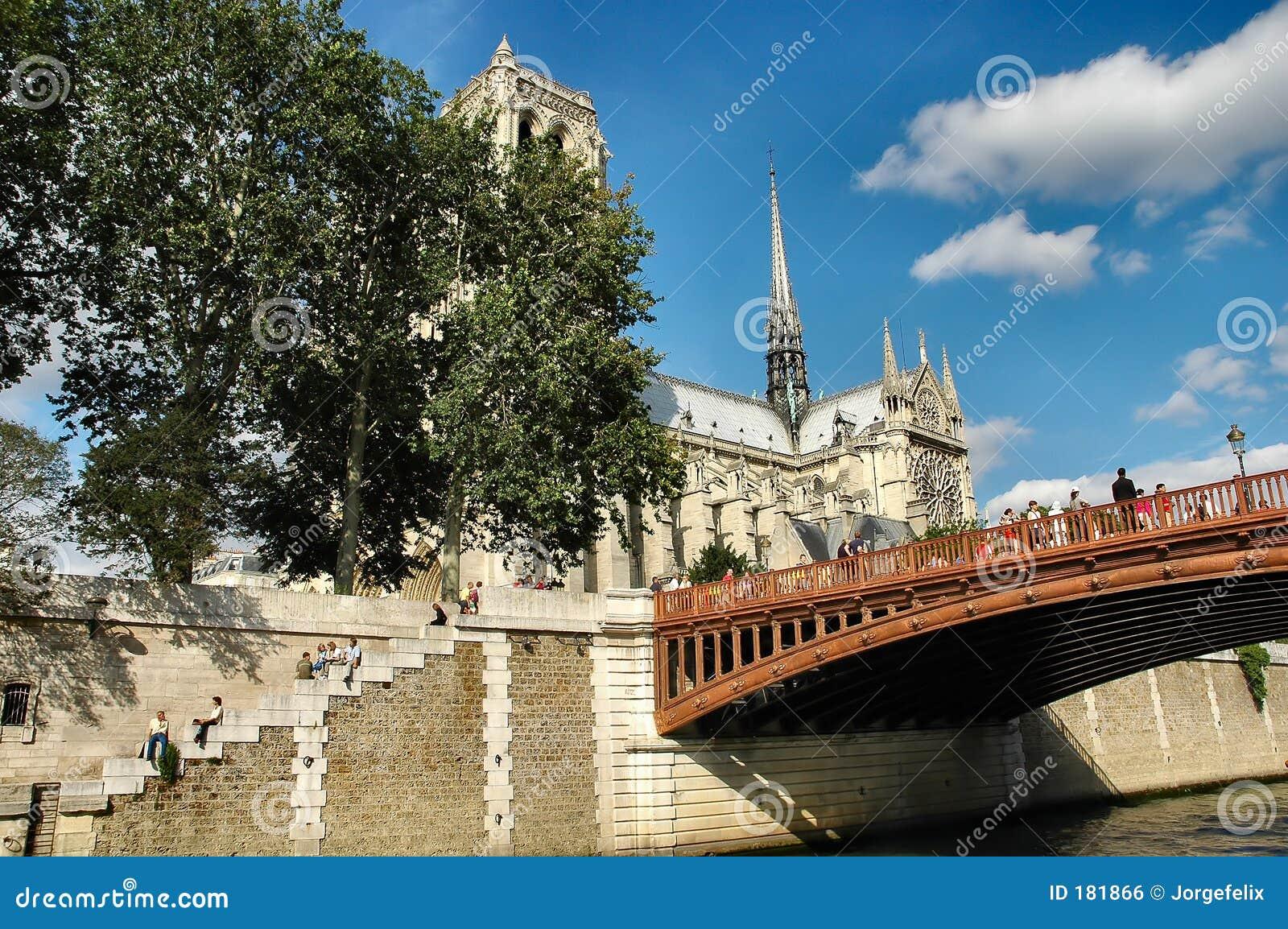 Passerelle et cathédrale