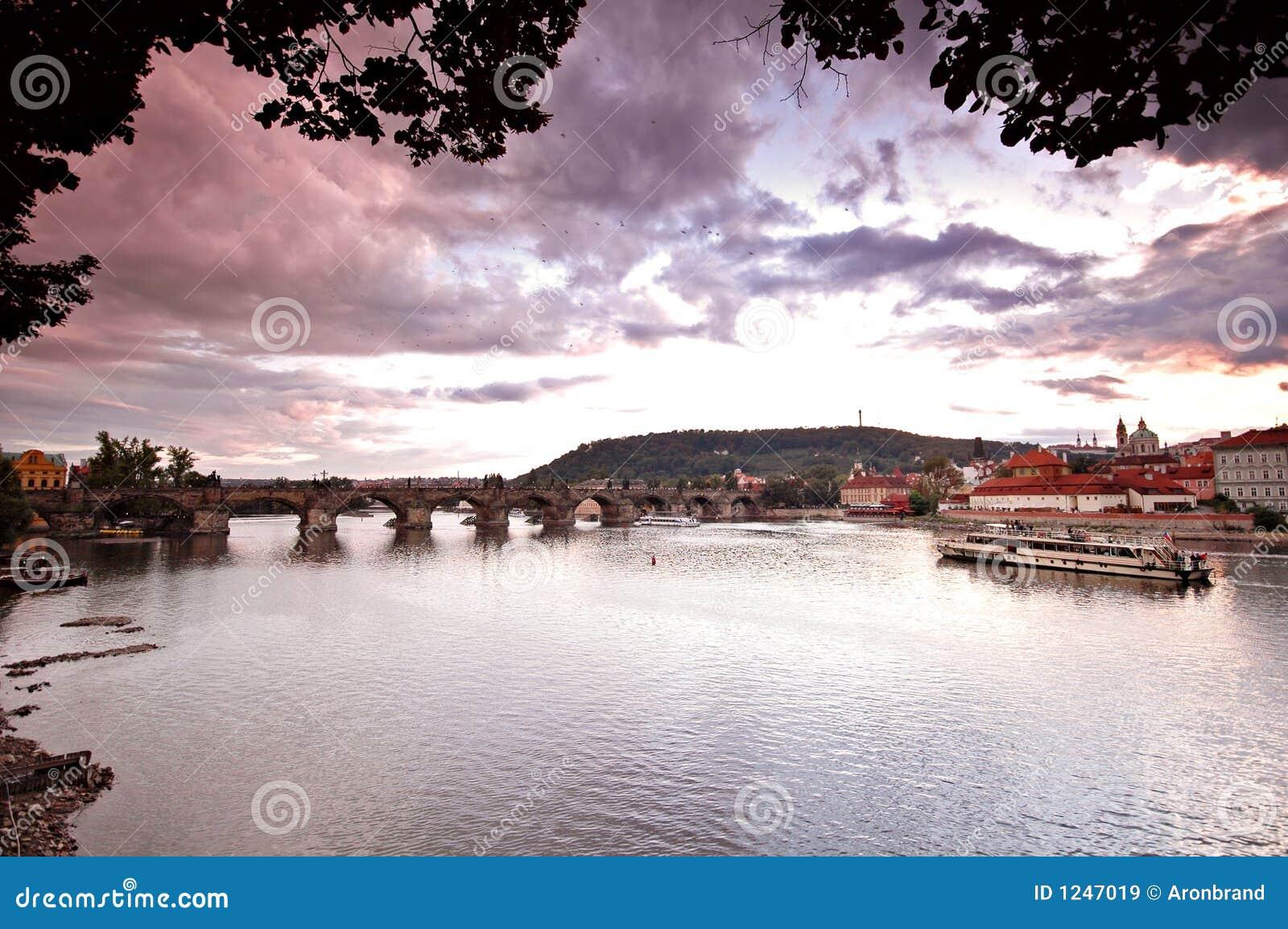 Passerelles de Prague au coucher du soleil