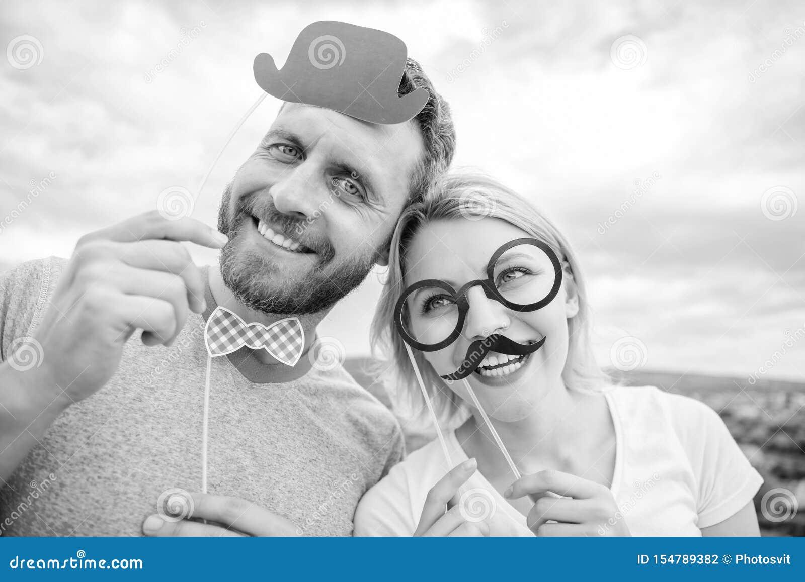 Passfotoautomat-St?tzen Mann mit Bart und Frau, die Spa?partei hat Addieren Sie etwas Spa? Herstellung der lustigen Fotogeburtsta