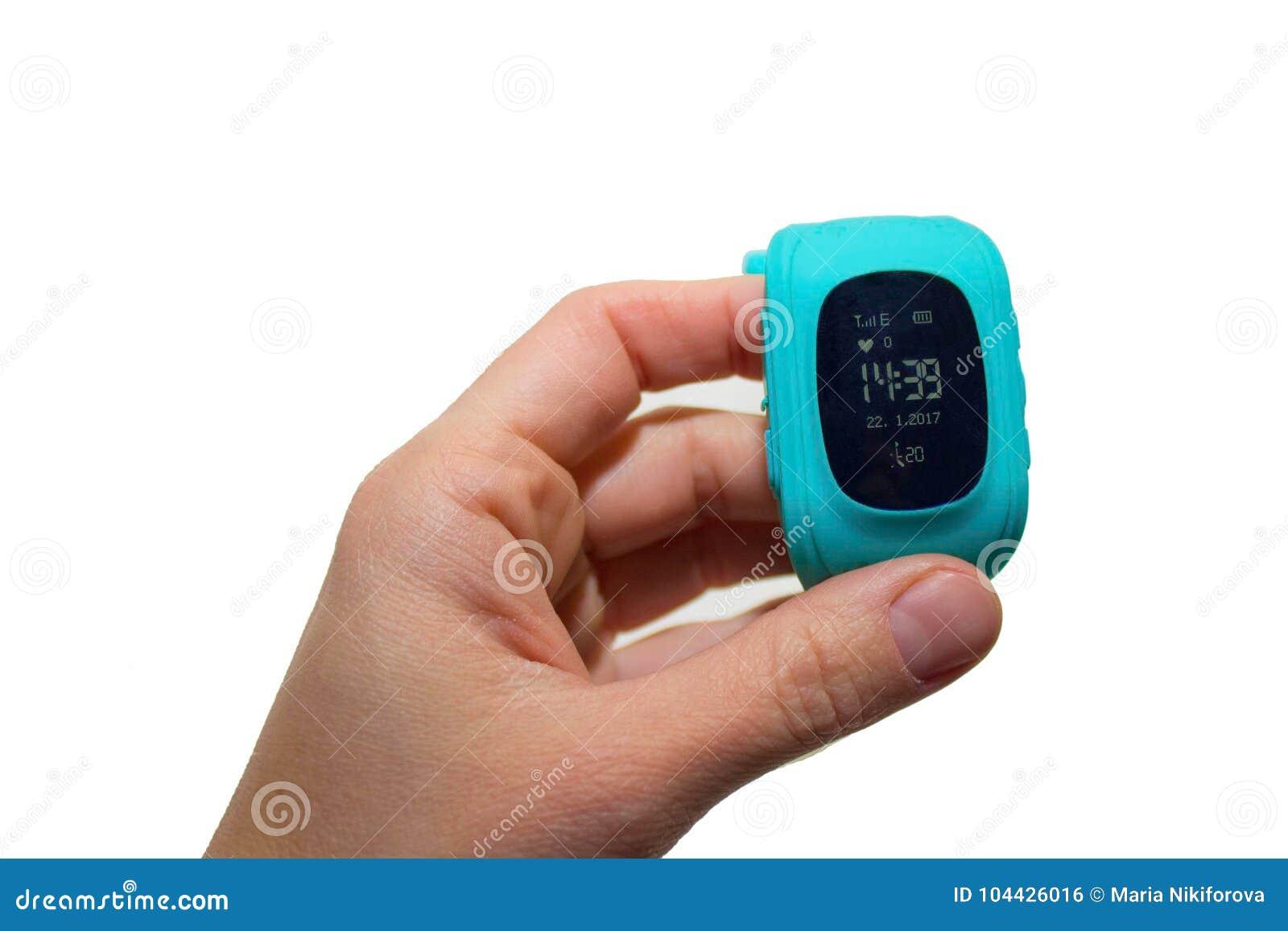 Passi a bambino GPS della tenuta l orologio astuto isolato su fondo bianco
