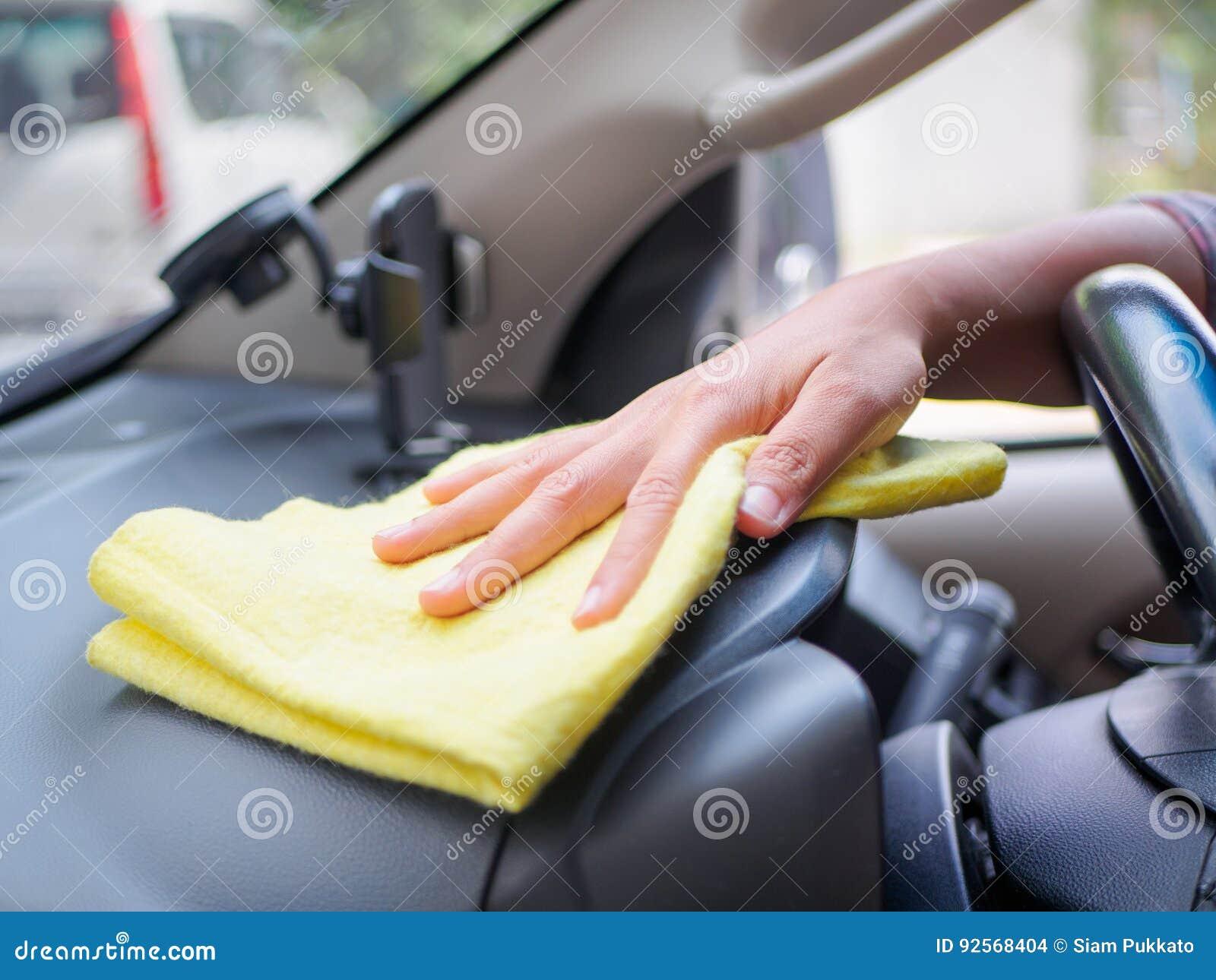 Passi il volante interno di pulizia dell automobile con il panno del microfiber