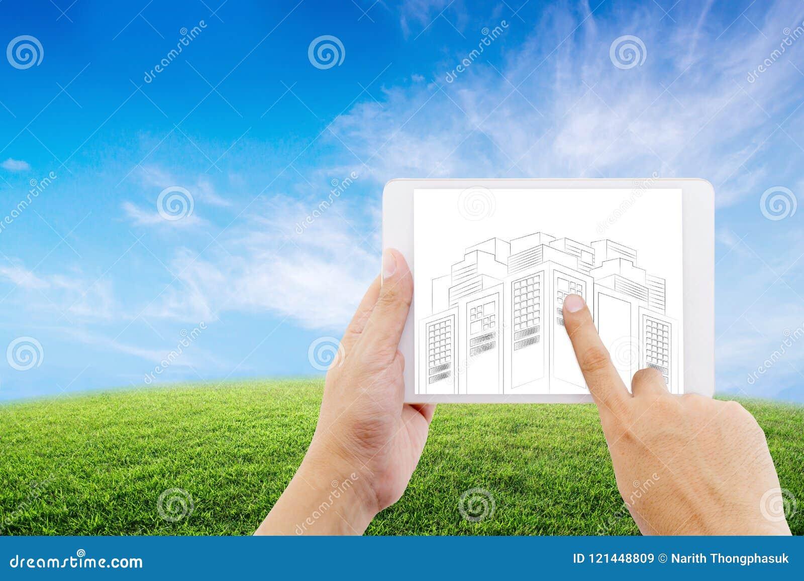 Passi la compressa della tenuta dell uomo d affari con gli schizzi del disegno del progetto di costruzione sul fondo della natura