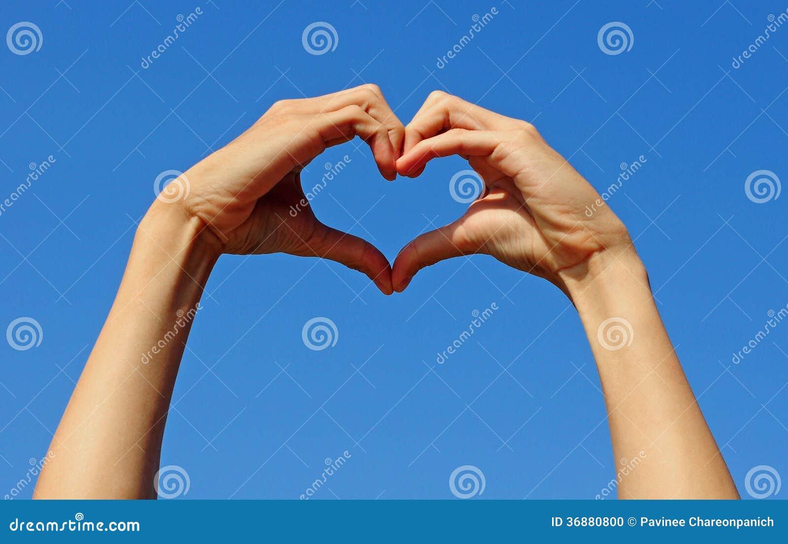 Download Passi La Fabbricazione Del Segno Dell'amore Con I Precedenti Del Cielo Blu Fotografia Stock - Immagine di idea, ispirazione: 36880800