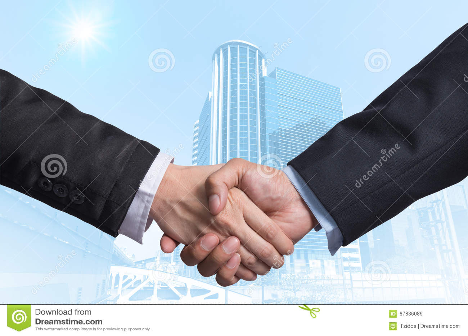Passi la scossa fra un uomo d affari sul gla moderno della costruzione di affari