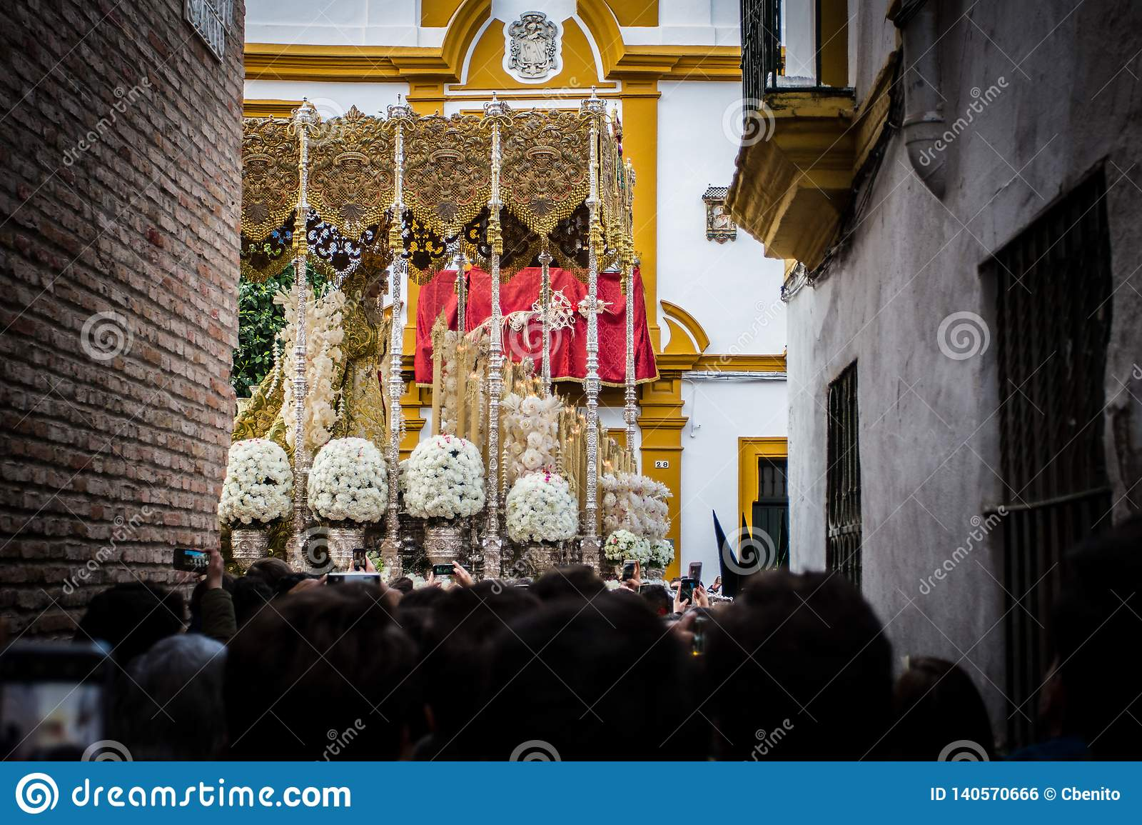 Passin de la Virgen por una iglesia del callejón