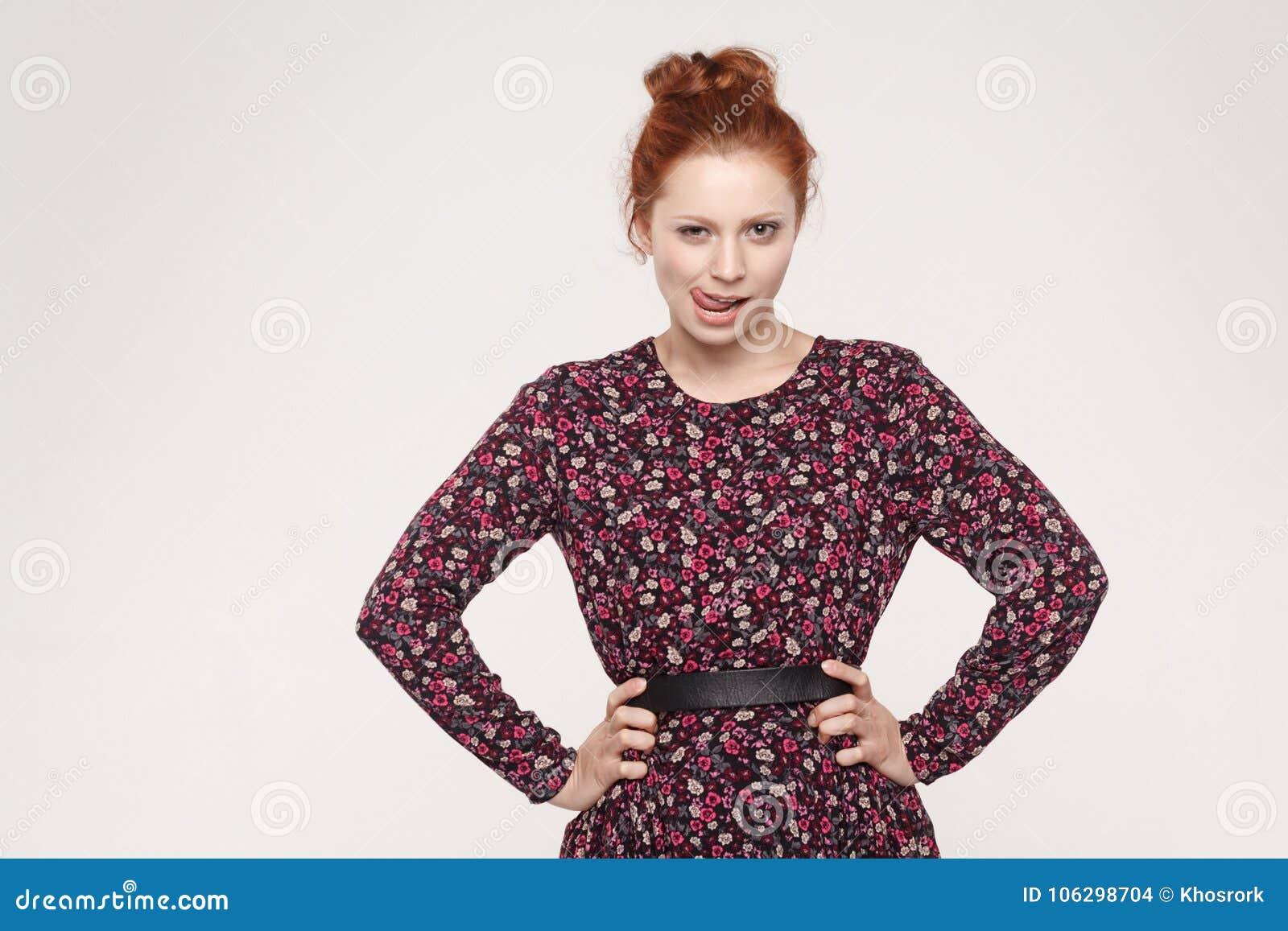 Passion och sexigt begrepp Kvinna med den ljust rödbrun hårfnuren som klibbar nolla