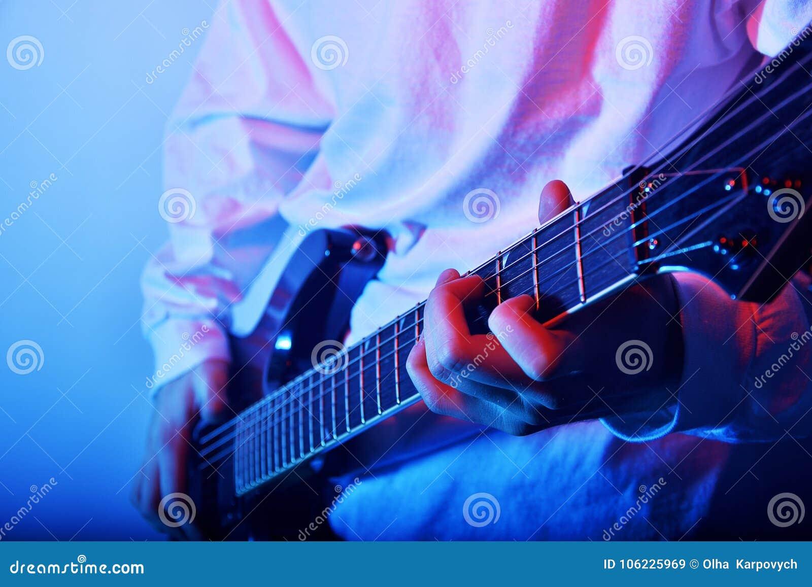 Passionerad gitarrist Music Concept Photo Elektrisk gitarr som spelar Closeupfotoet Vagga musikmusikbandet