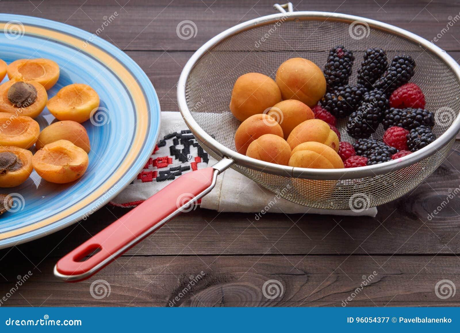 Passoire avec les fichues baies framboise et mûre et abricots