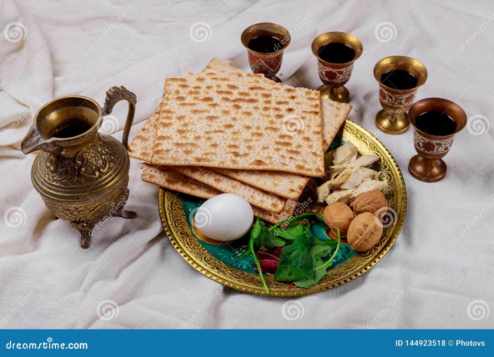 Passover matzoh żydowski wakacyjny chleb, cztery szkła koszernego wina nad stołem