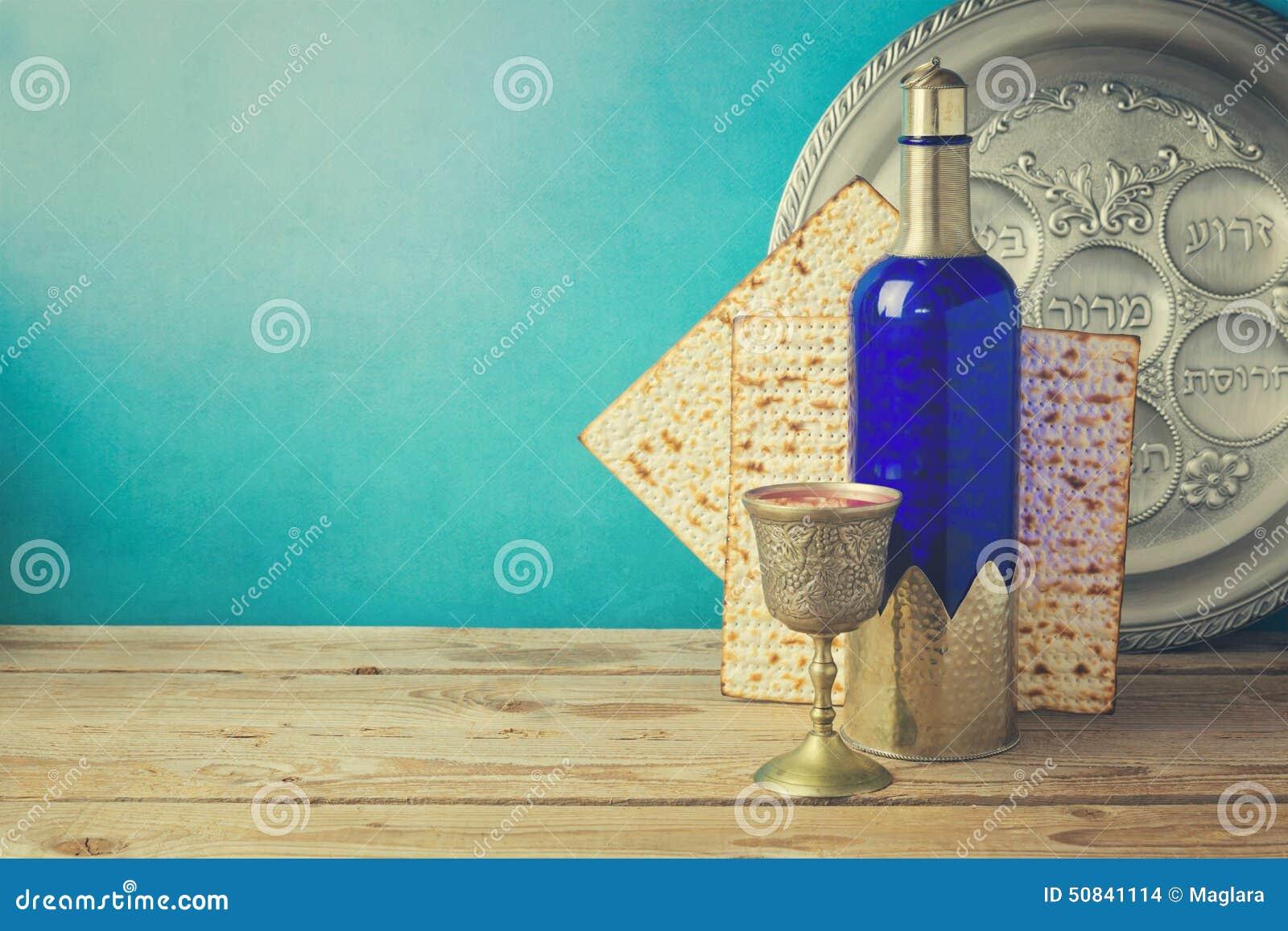 Passover tło z matzo i winem na drewnianym rocznika stole Seder talerz z hebrew tekstem