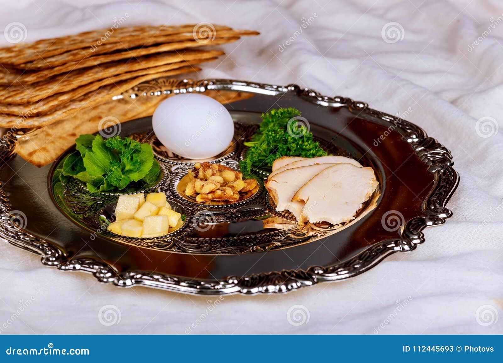 Passover tło z wino butelką, matzoh, jajkiem i seder talerzem,
