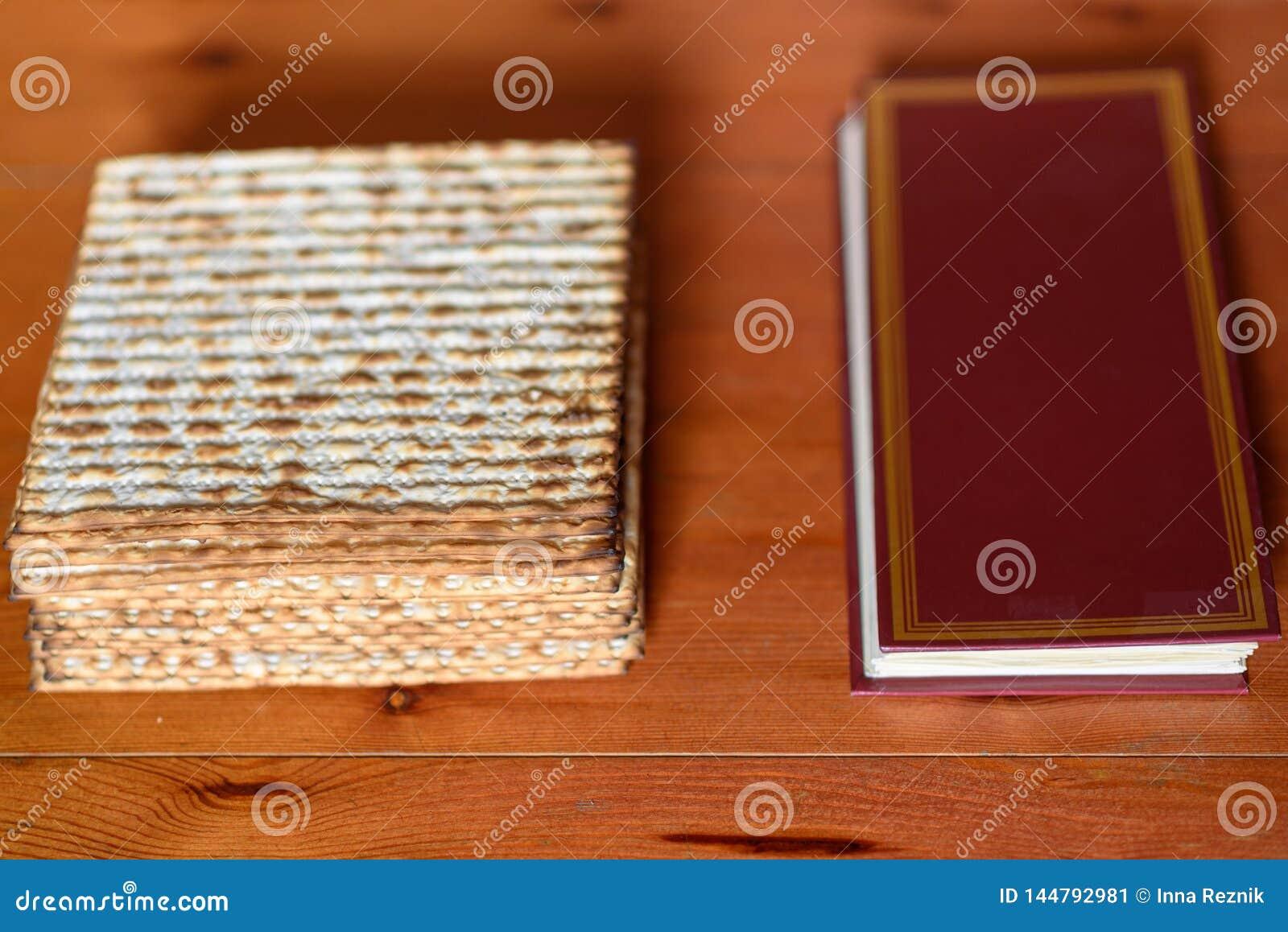 Passover Tabla tradicional del seder fijada para un Haggadah festivo judío del matzah y de la pascua judía de la comida