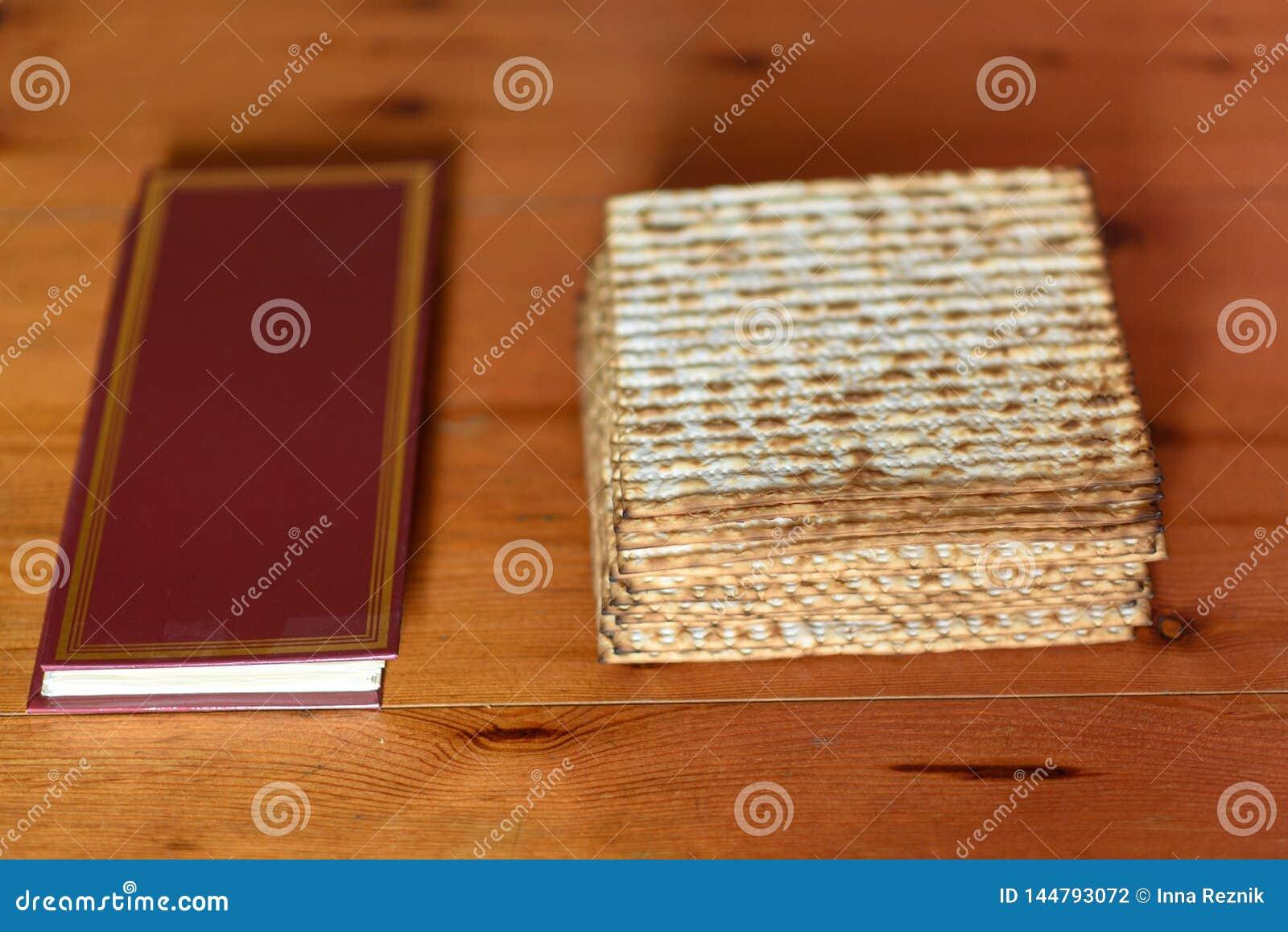 Passover Tradycyjny seder stół ustawia dla Żydowskiej Świątecznej posiłku Passover i matzah hagady