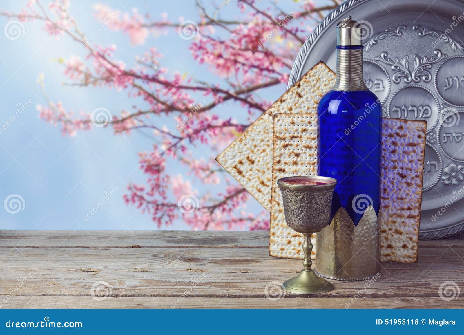 Passover wino na drewnianym rocznika stole nad okwitnięcia drzewa tłem i matzo