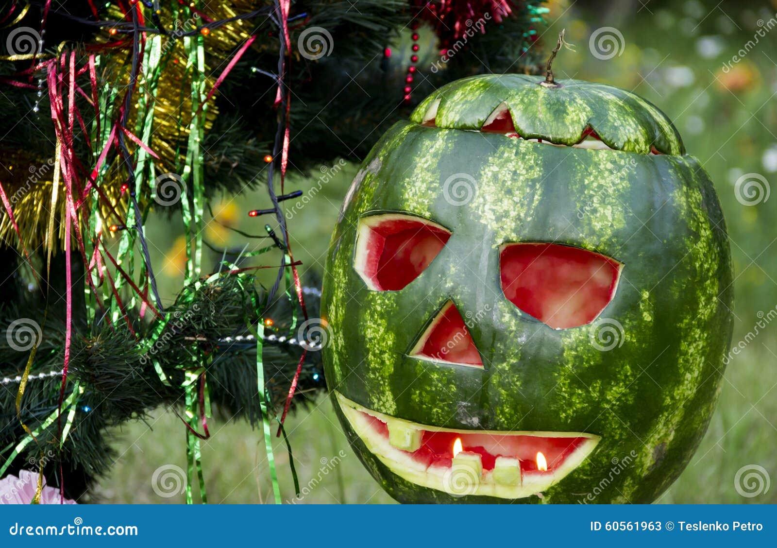 pastèque de halloweens sous l'arbre de noël image stock - image du