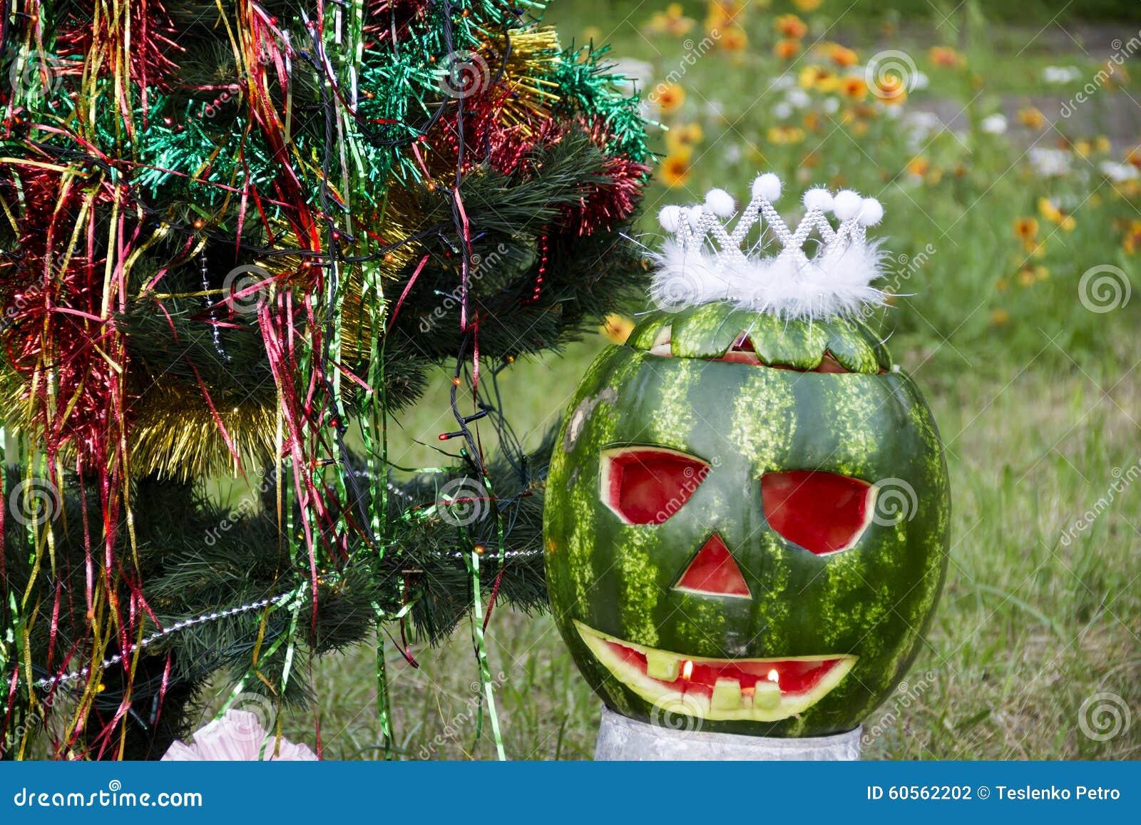 pastèque de halloweens sous l'arbre de noël photo stock - image du