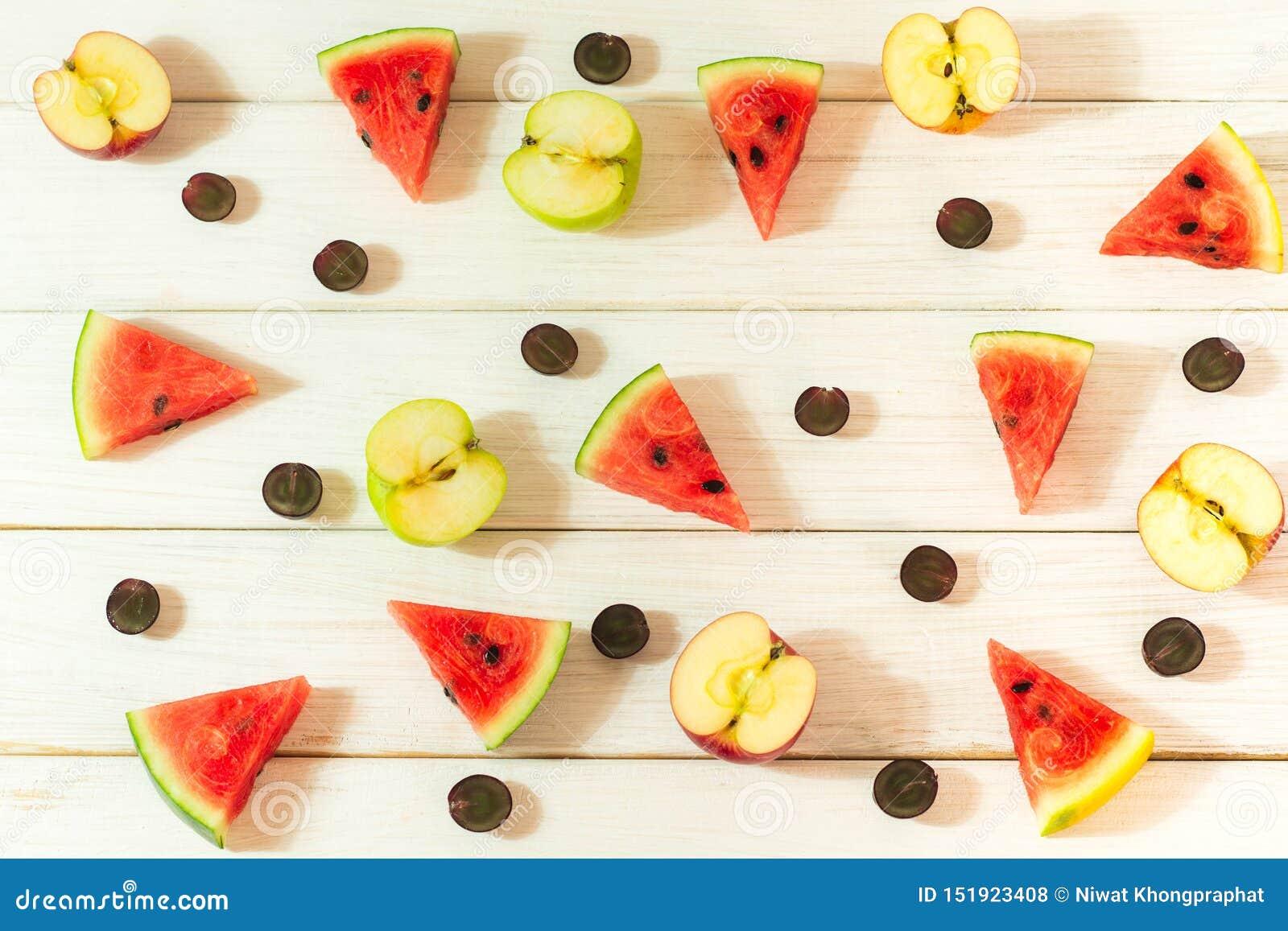 Pastèque et pommes coupées en petits morceaux