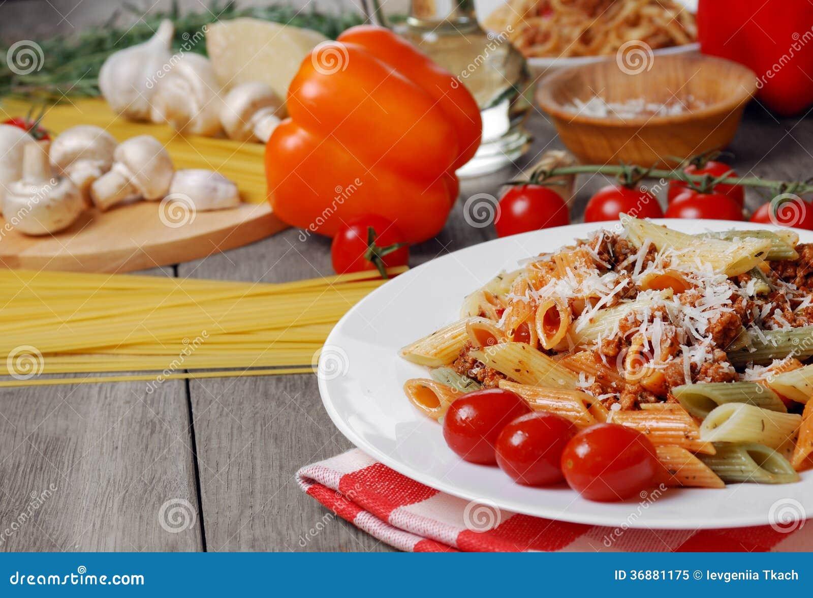 Download Pasta Bolognese Sulla Tavola Di Legno Immagine Stock - Immagine di piastra, salsa: 36881175